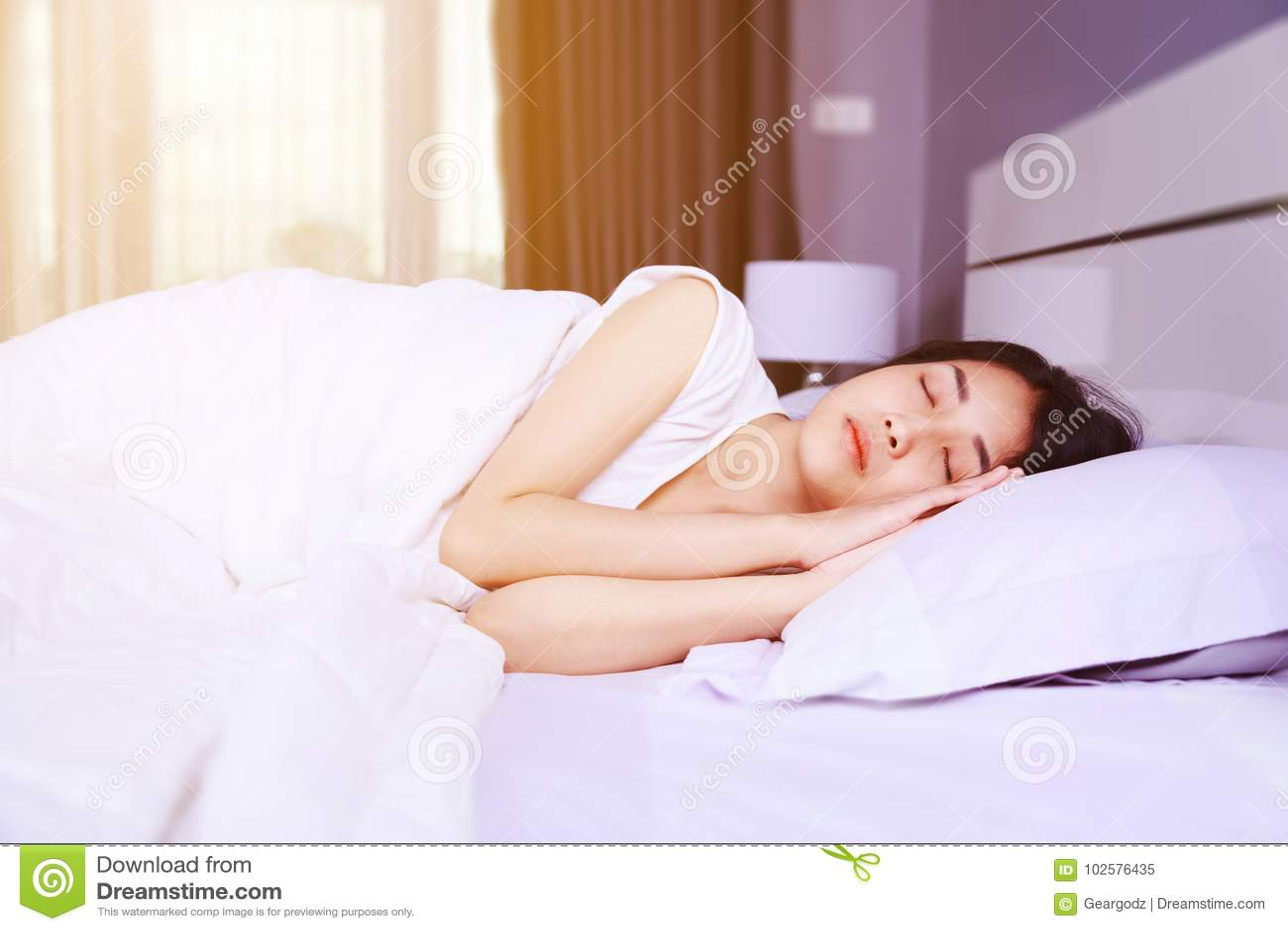 Акт спящей на кровати спит знакомая нулевым размером груди