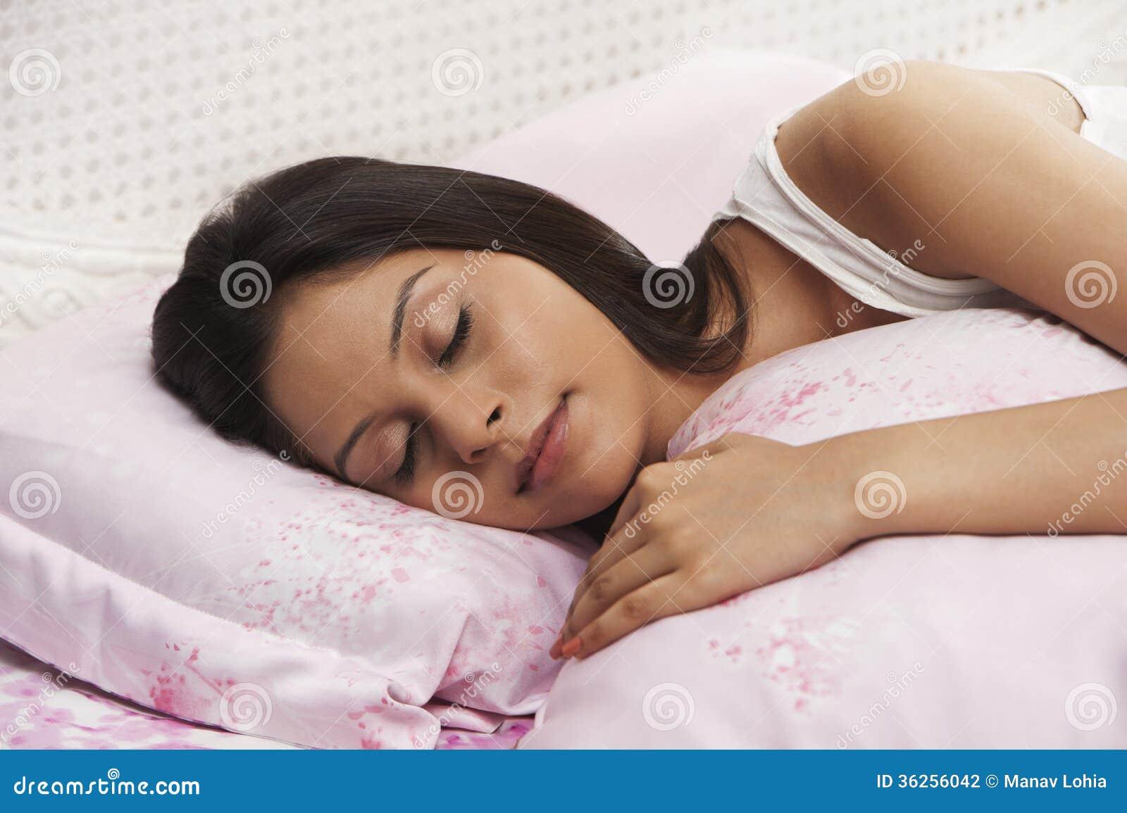 Трахал тетку а она спала, Трахнул спящую тетю -видео. Смотреть Трахнул 23 фотография
