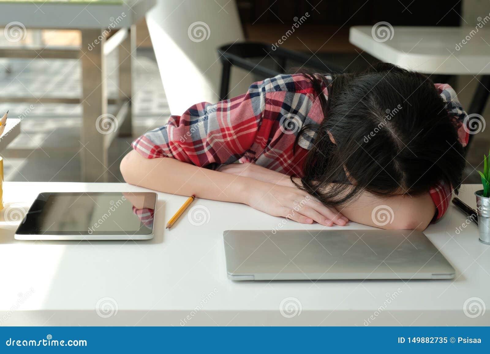 Девушки спят на работе фото работа по вемкам в пятигорск