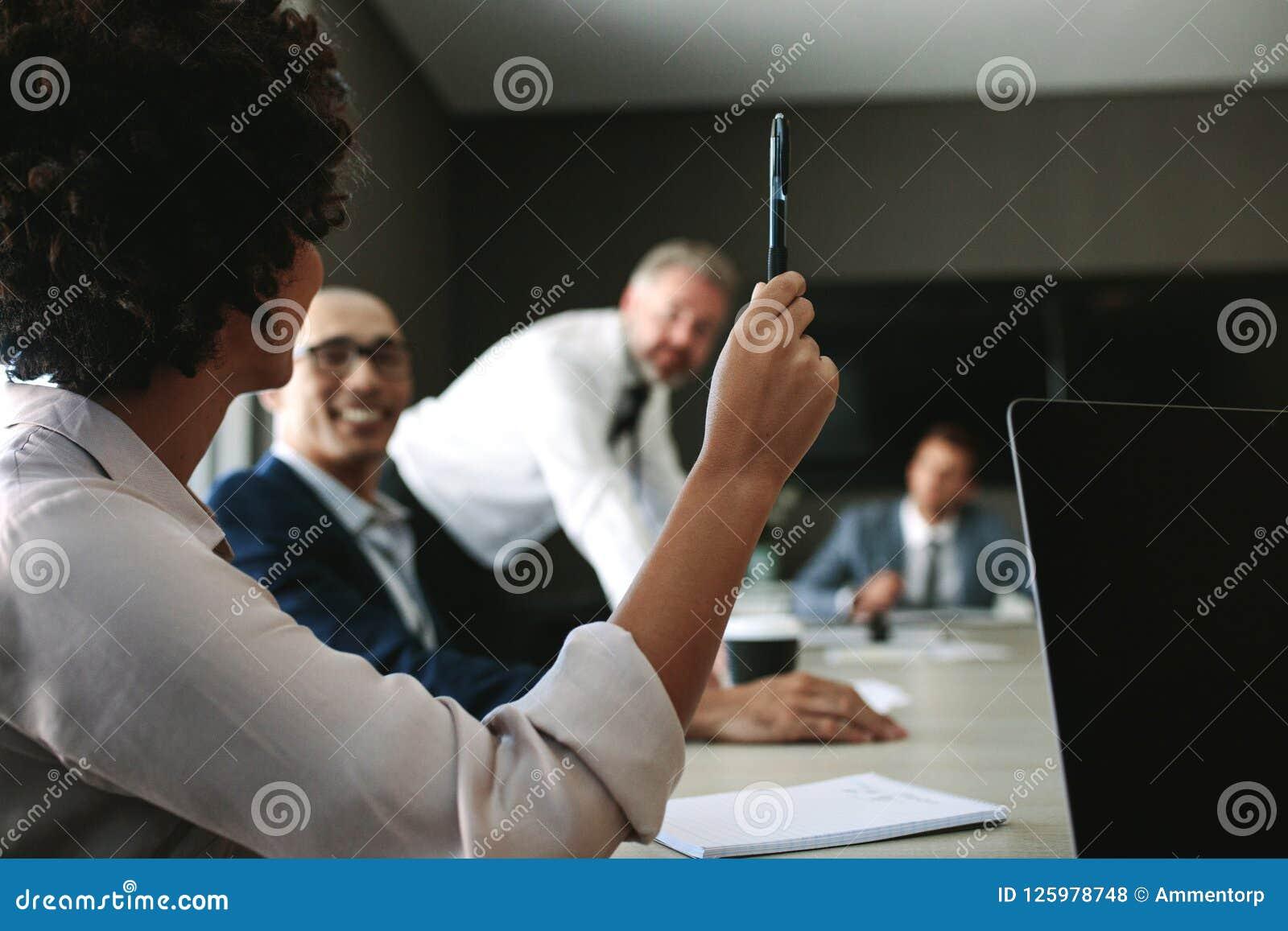 Женщина спрашивая запрос во время встречи