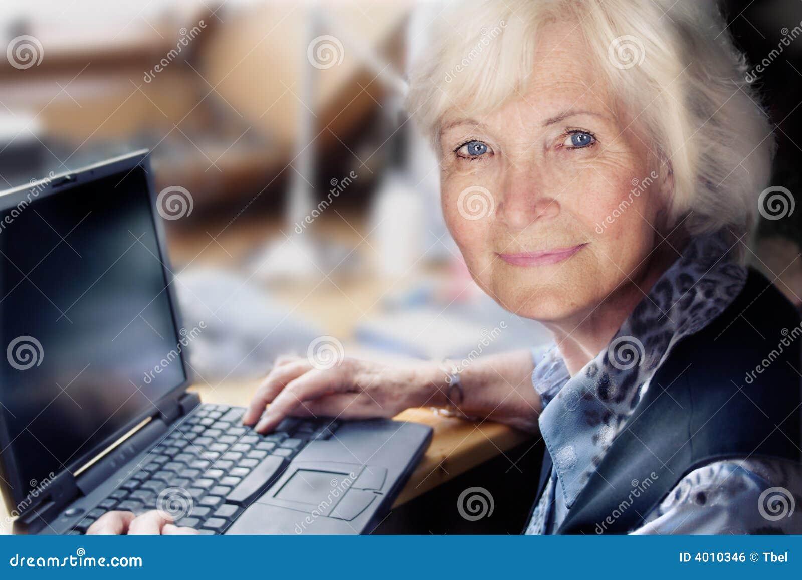 женщина старшия компьтер-книжки