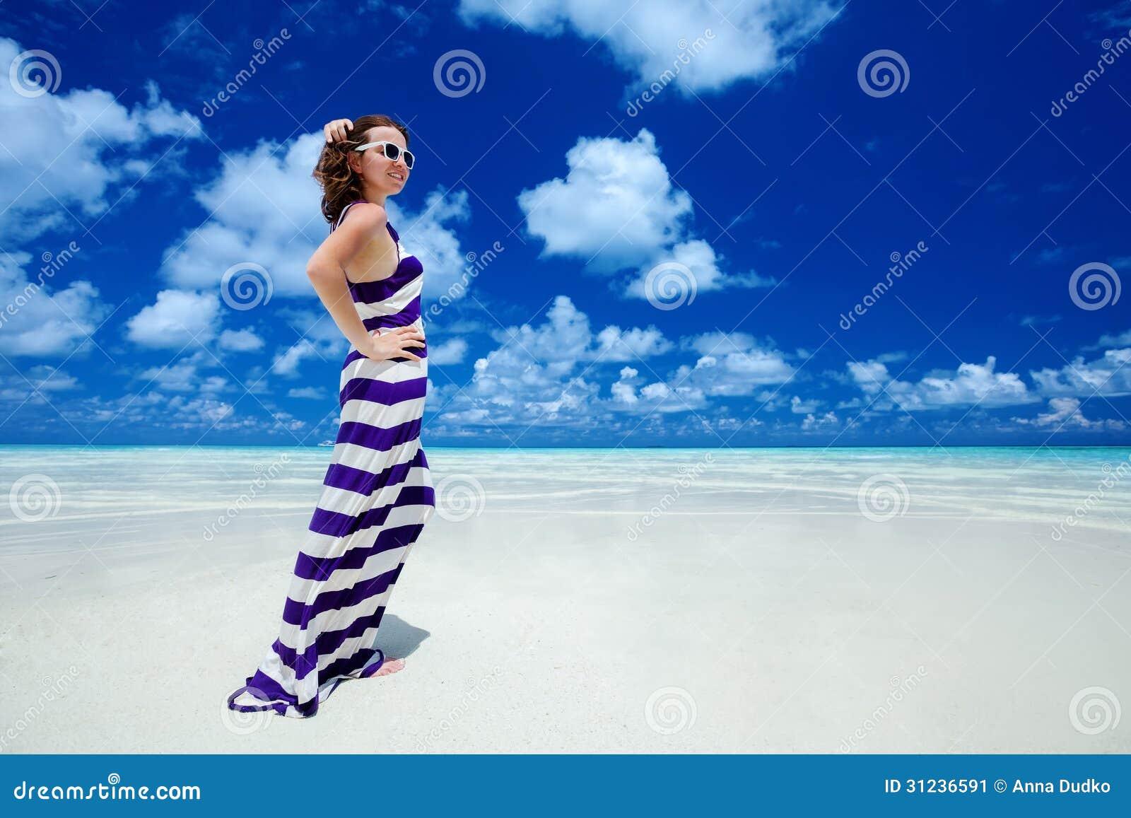 Женщина стоит на seashore