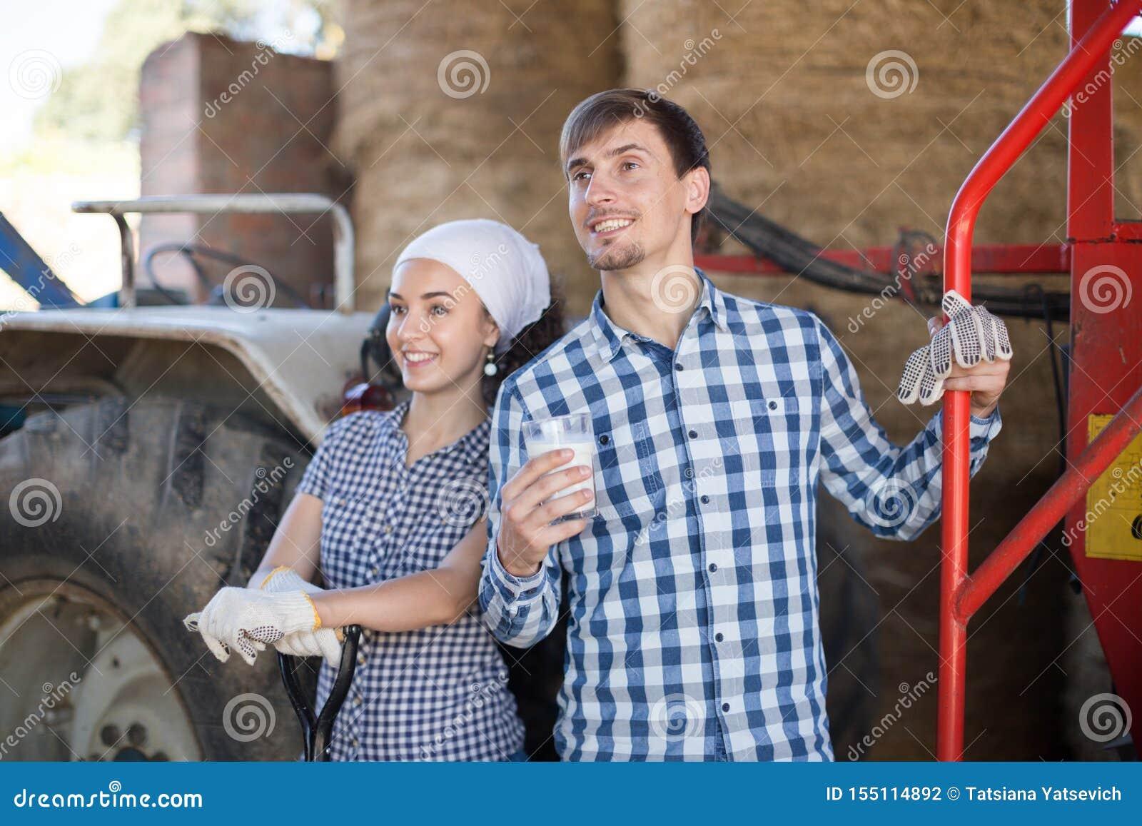 Женщина страны дать для того чтобы укомплектовать личным составом стекло водителя трактора молока на ферме