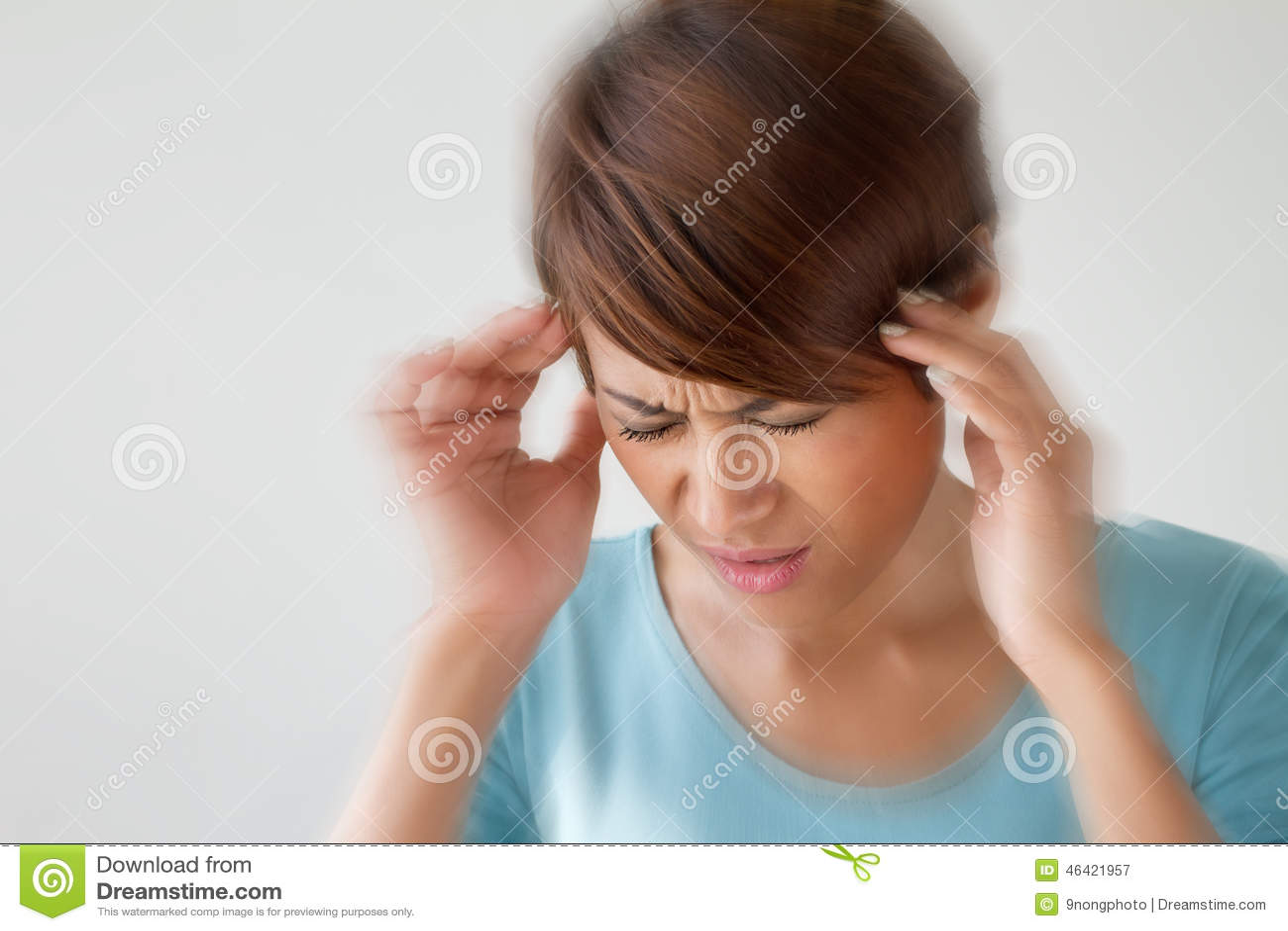 Женщина страдает от боли, головной боли, болезни, мигрени, стресса