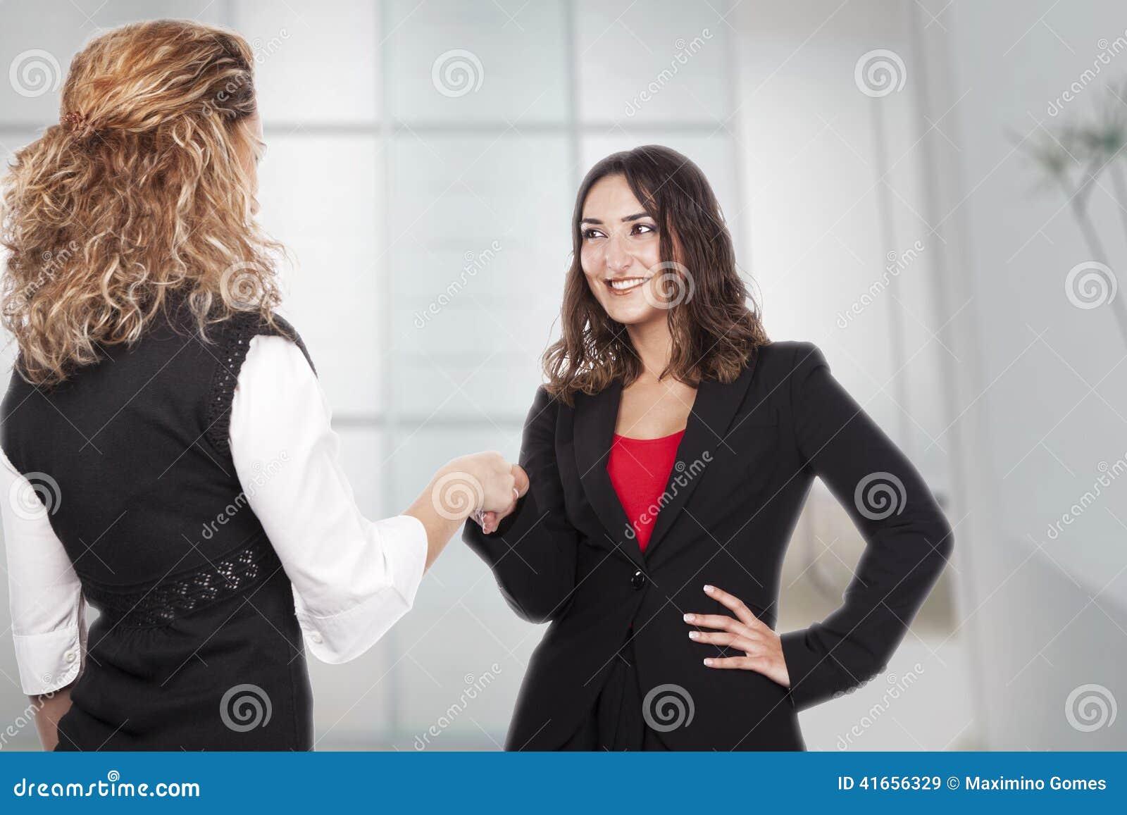 Женщина с активными выражениями