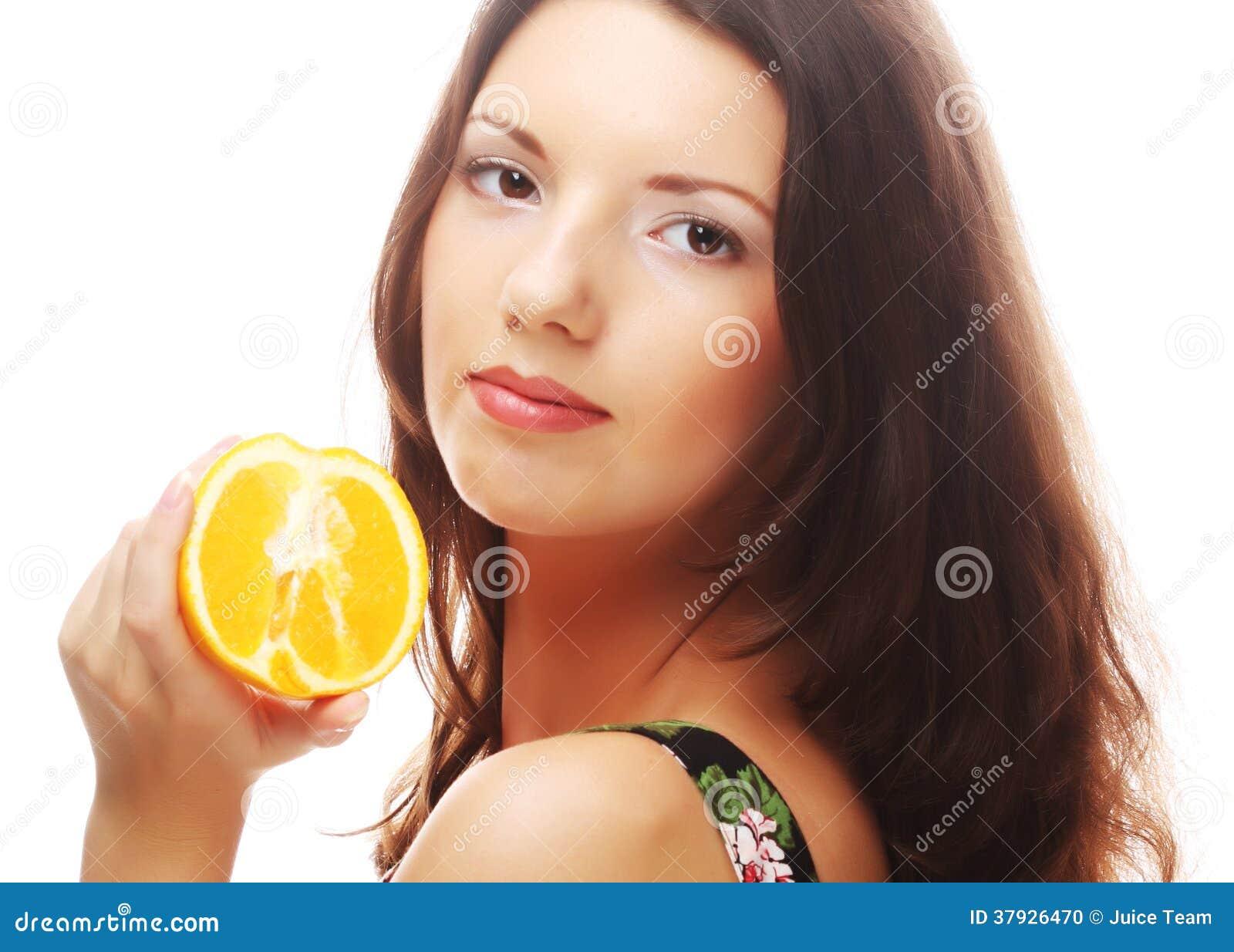 Женщина с апельсинами в ее руках