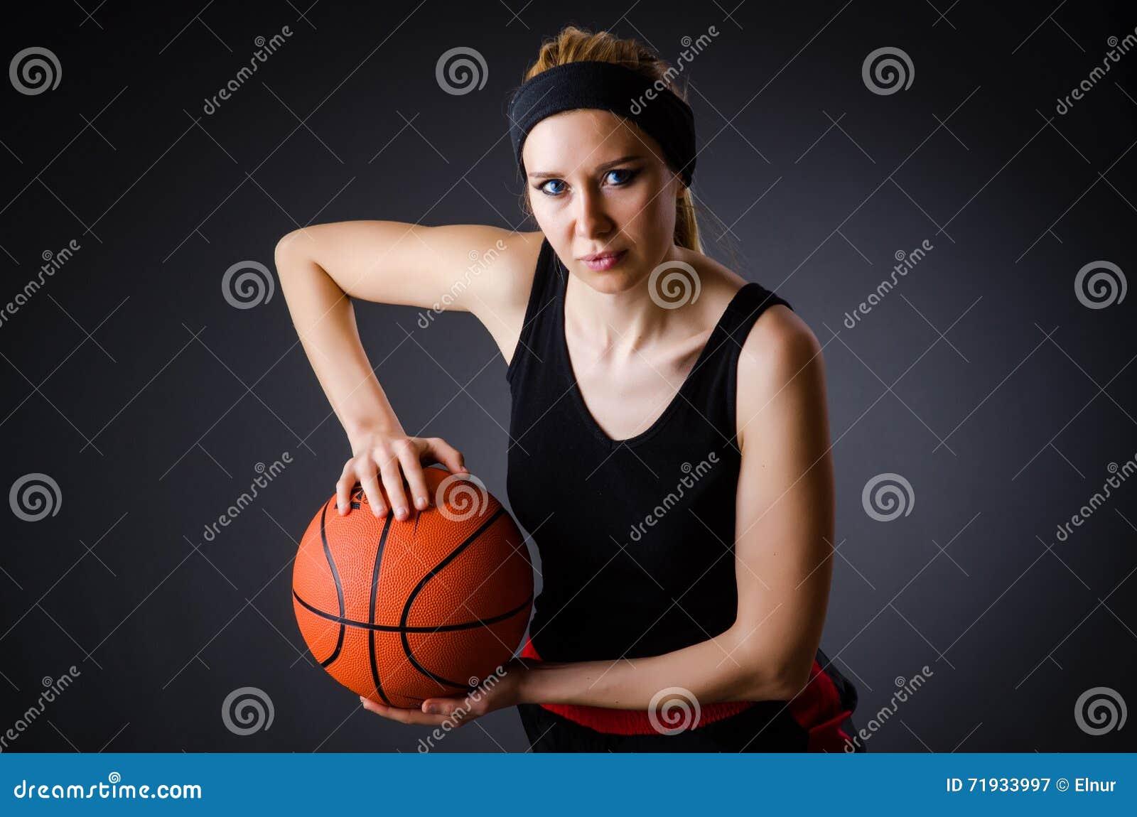 Женщина с баскетболом в концепции спорта