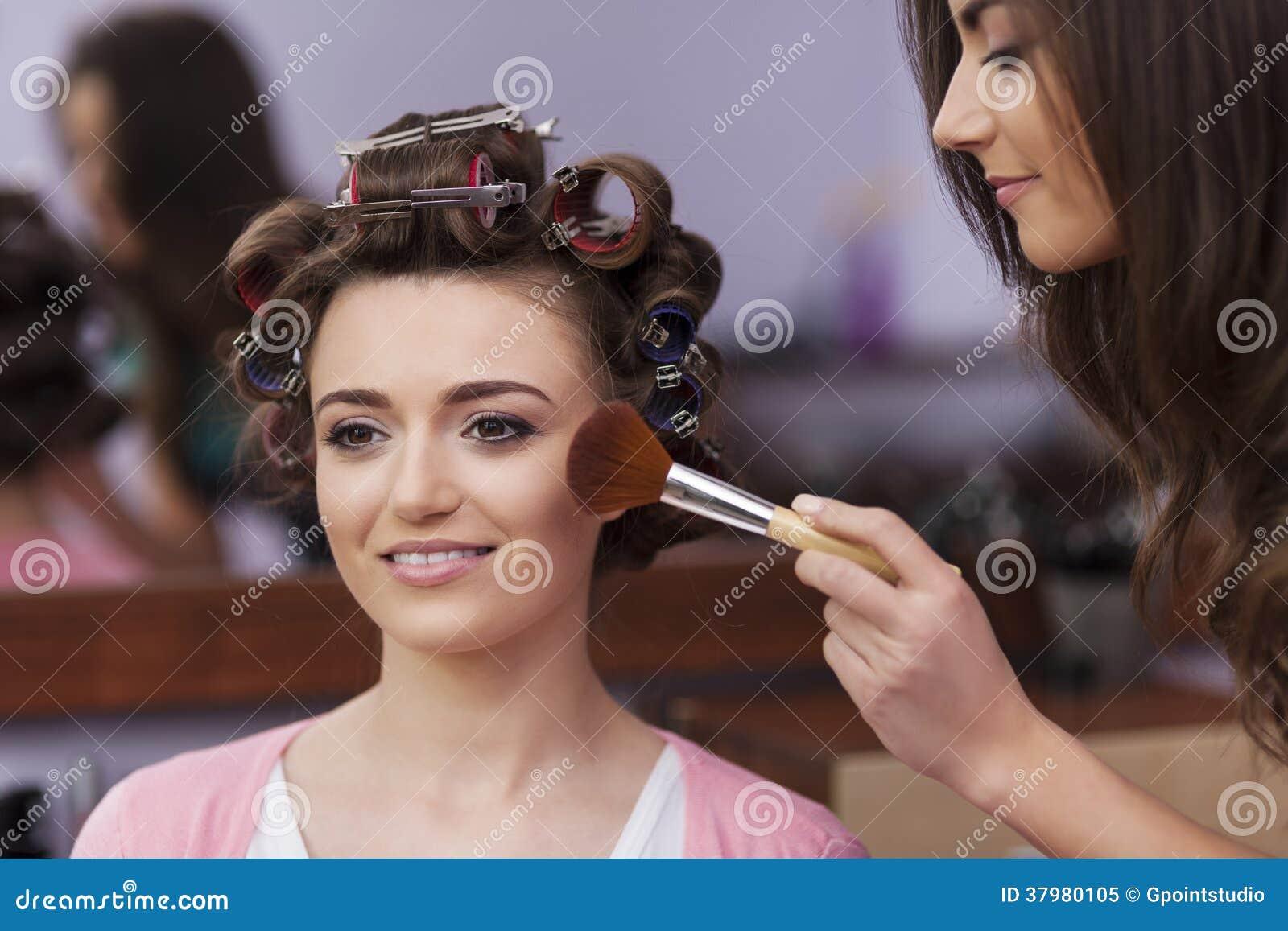 Женщина с визажистом