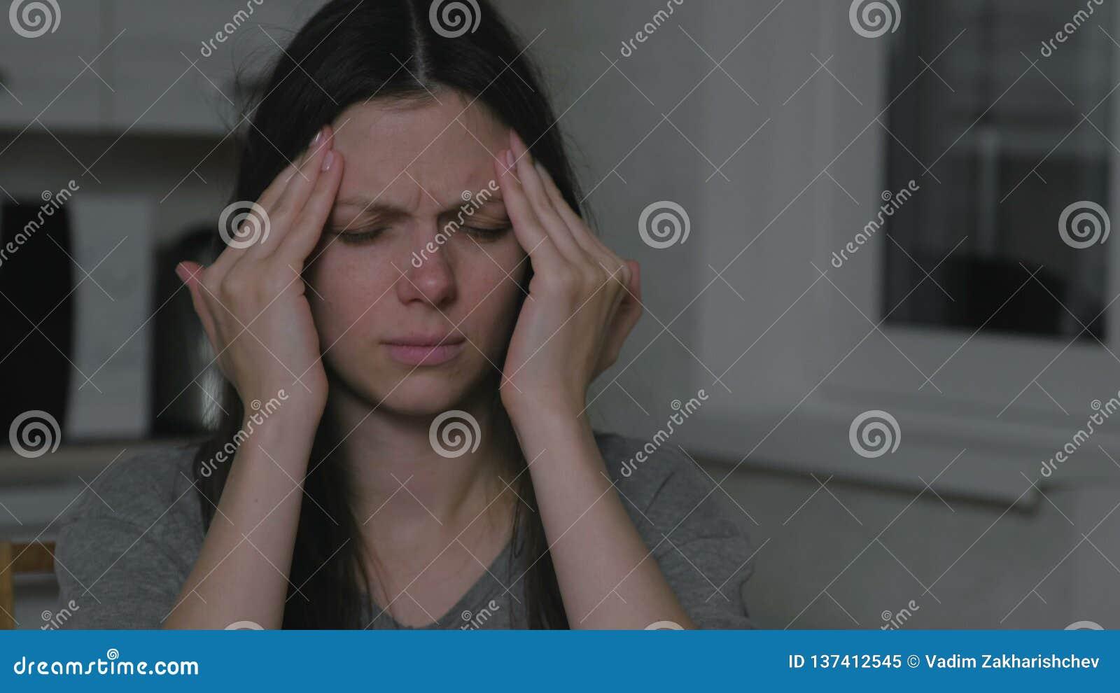 Женщина с головной болью в кухне вечером Инсомния и депрессия акции видеоматериалы