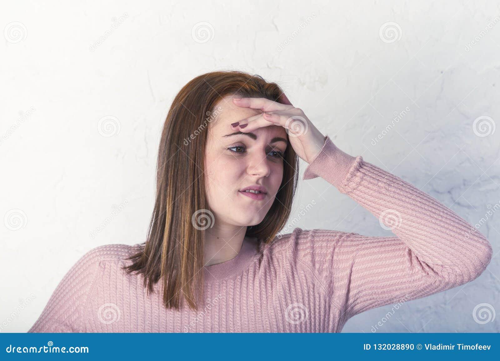 Женщина с головной болью держа ее руку для того чтобы возглавить