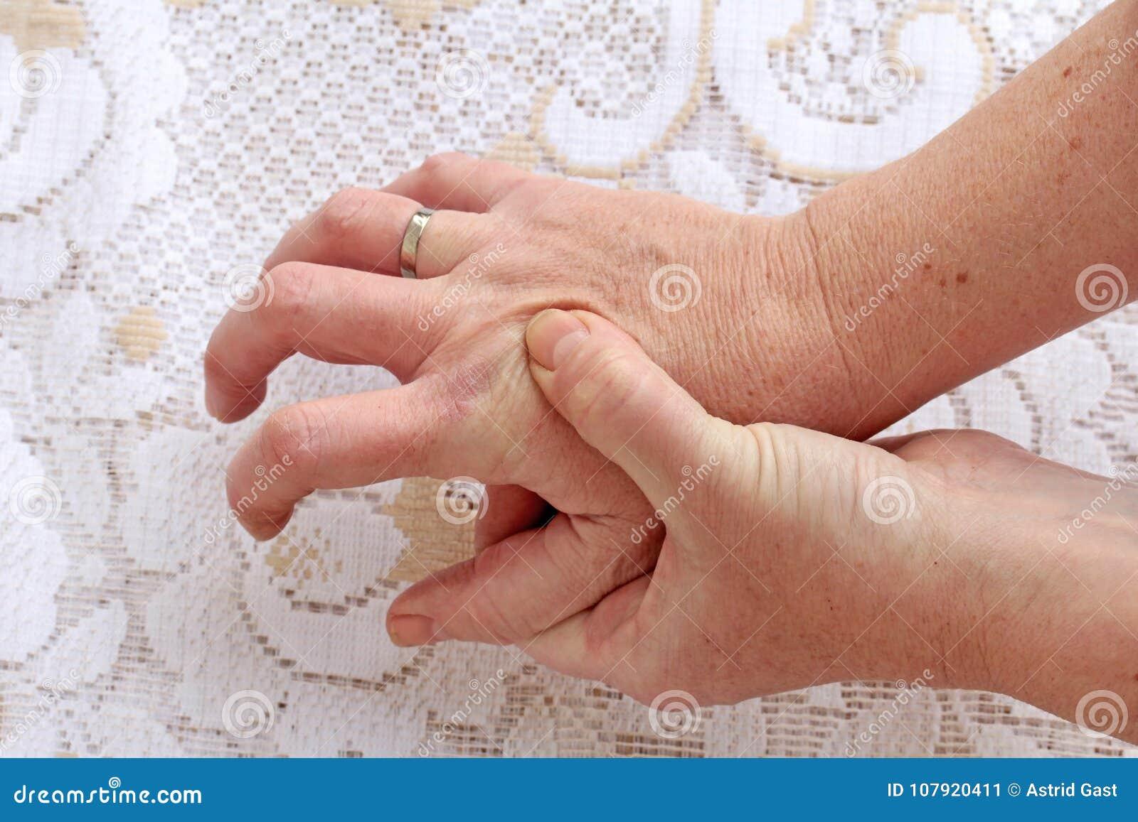Женщина с заболеванием ` s Parkinson имеет ее трясти рук