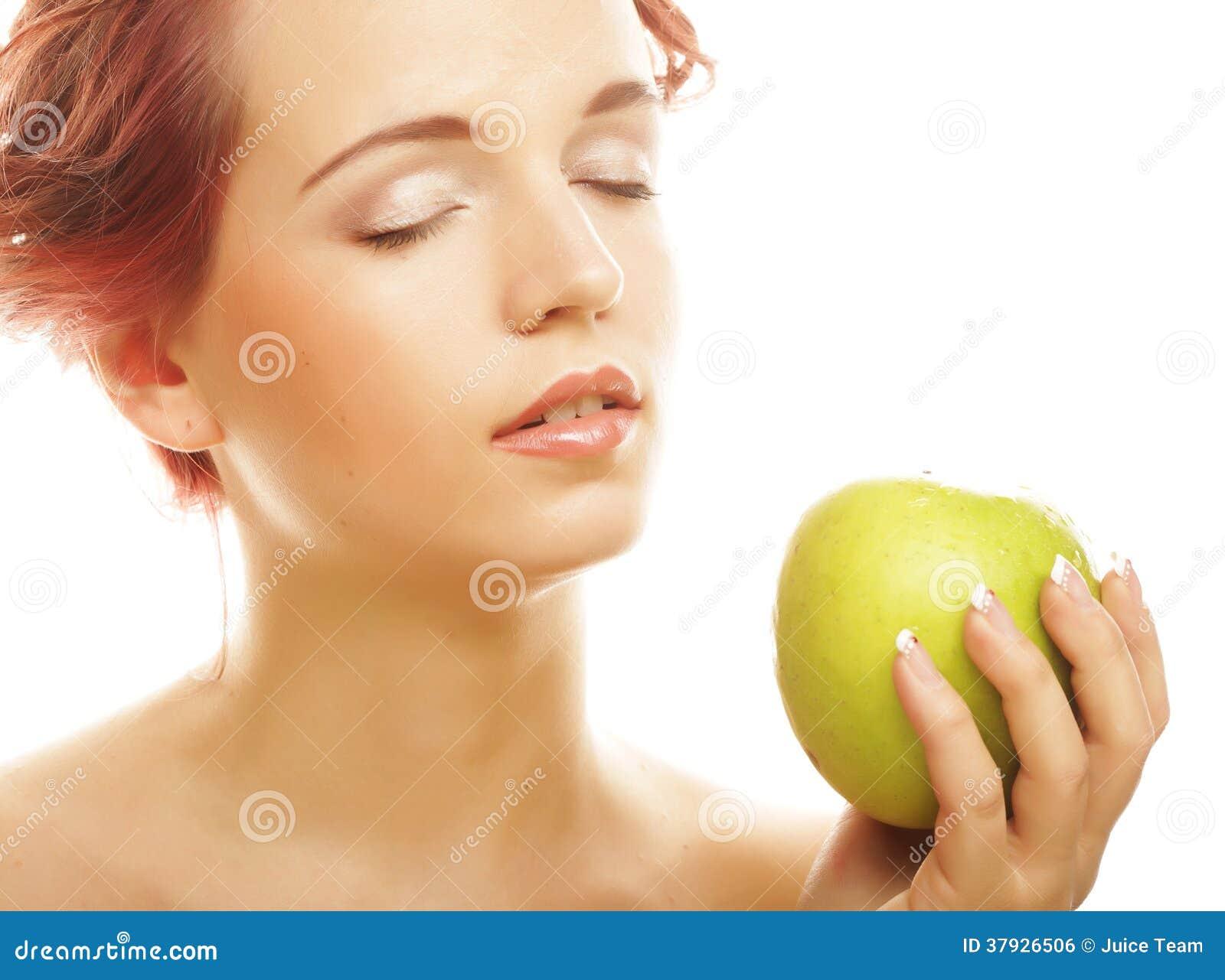 Женщина с зелеными яблоками