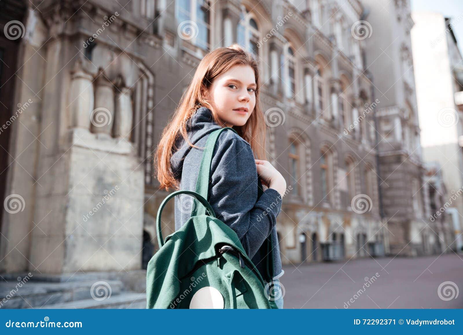 Download Женщина с зеленым рюкзаком идя вокруг старого города Стоковое Изображение - изображение насчитывающей персона, женщина: 72292371