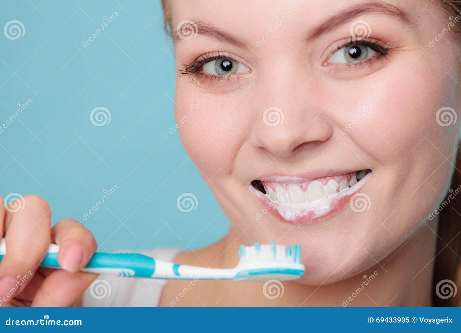 Картинка белка чистит зубы