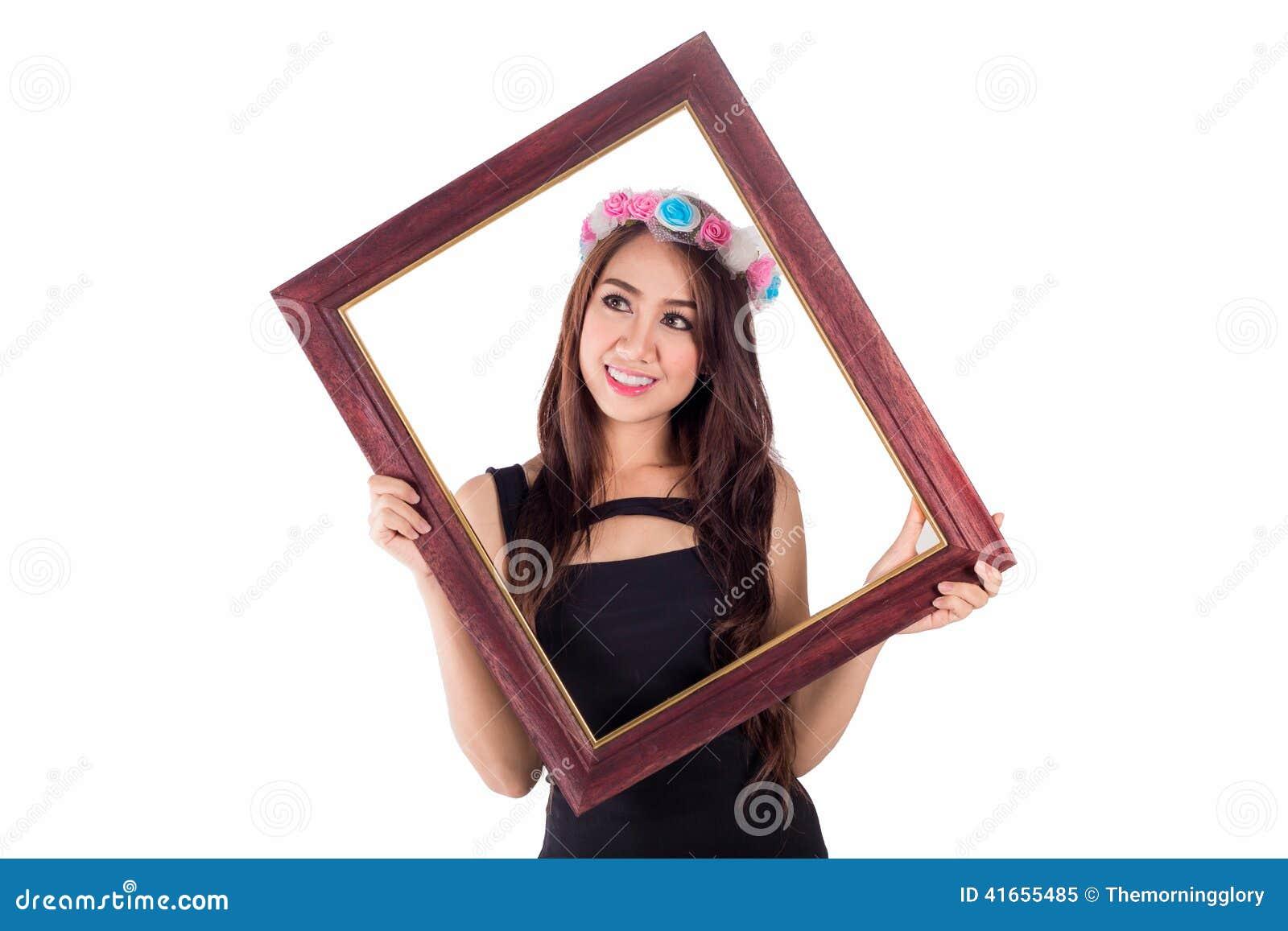 Женщина с картинной рамкой на белизне