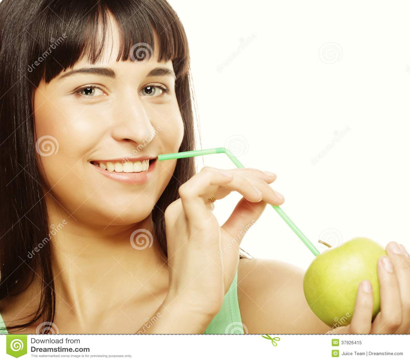 Женщина с коктеилем яблока и солом