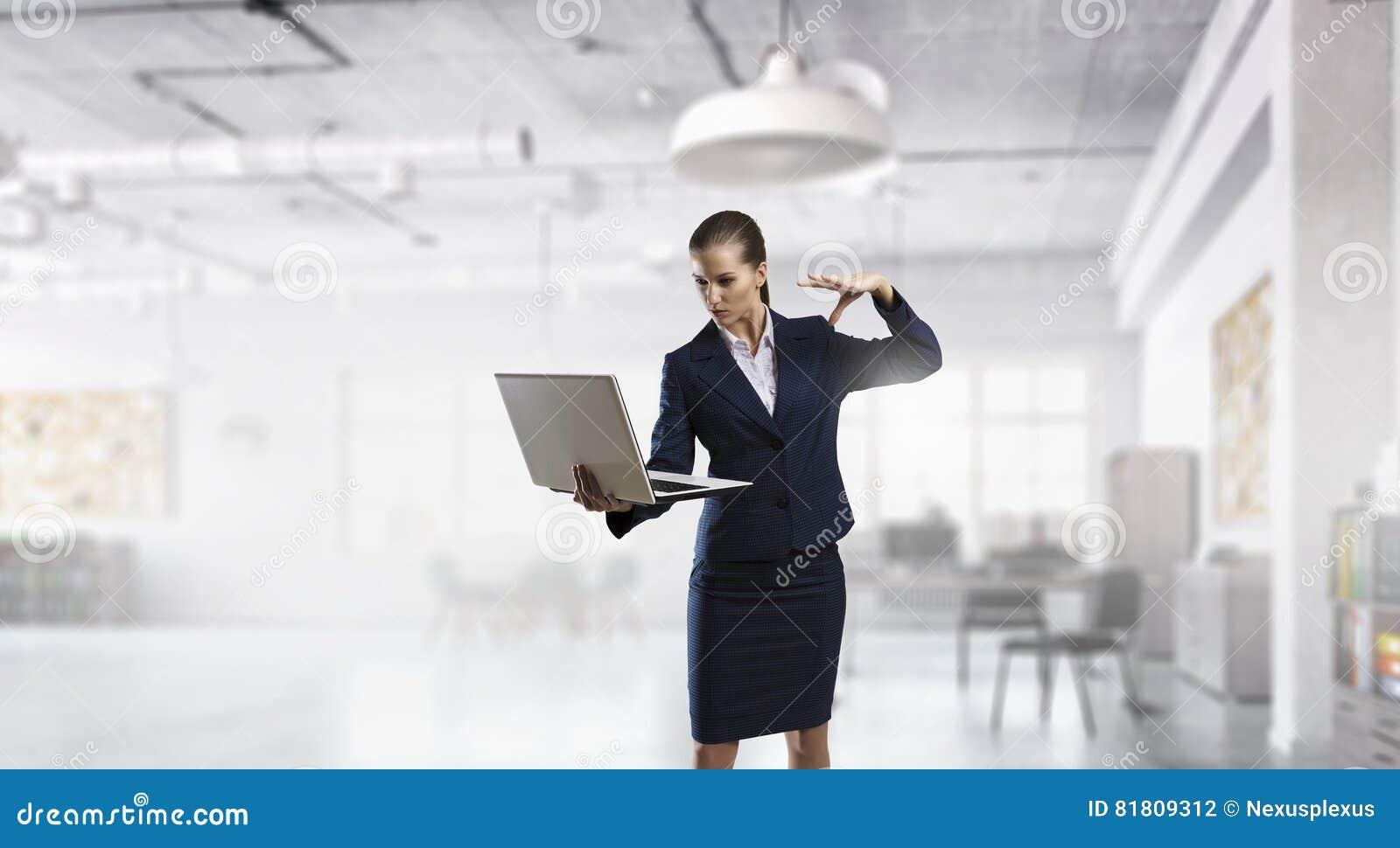 Женщина с компьтер-книжкой в руках Мультимедиа