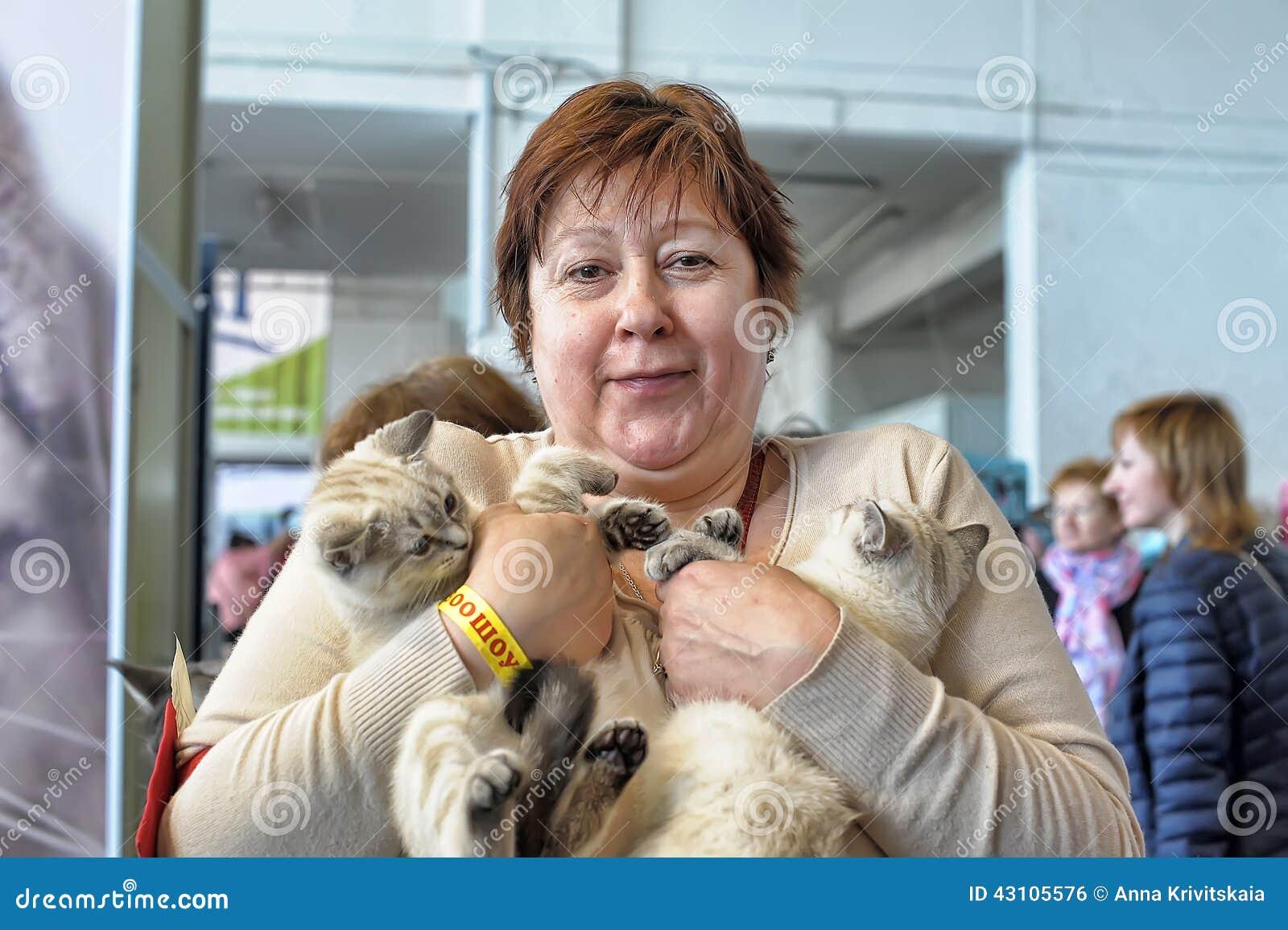 Женщина с котятами