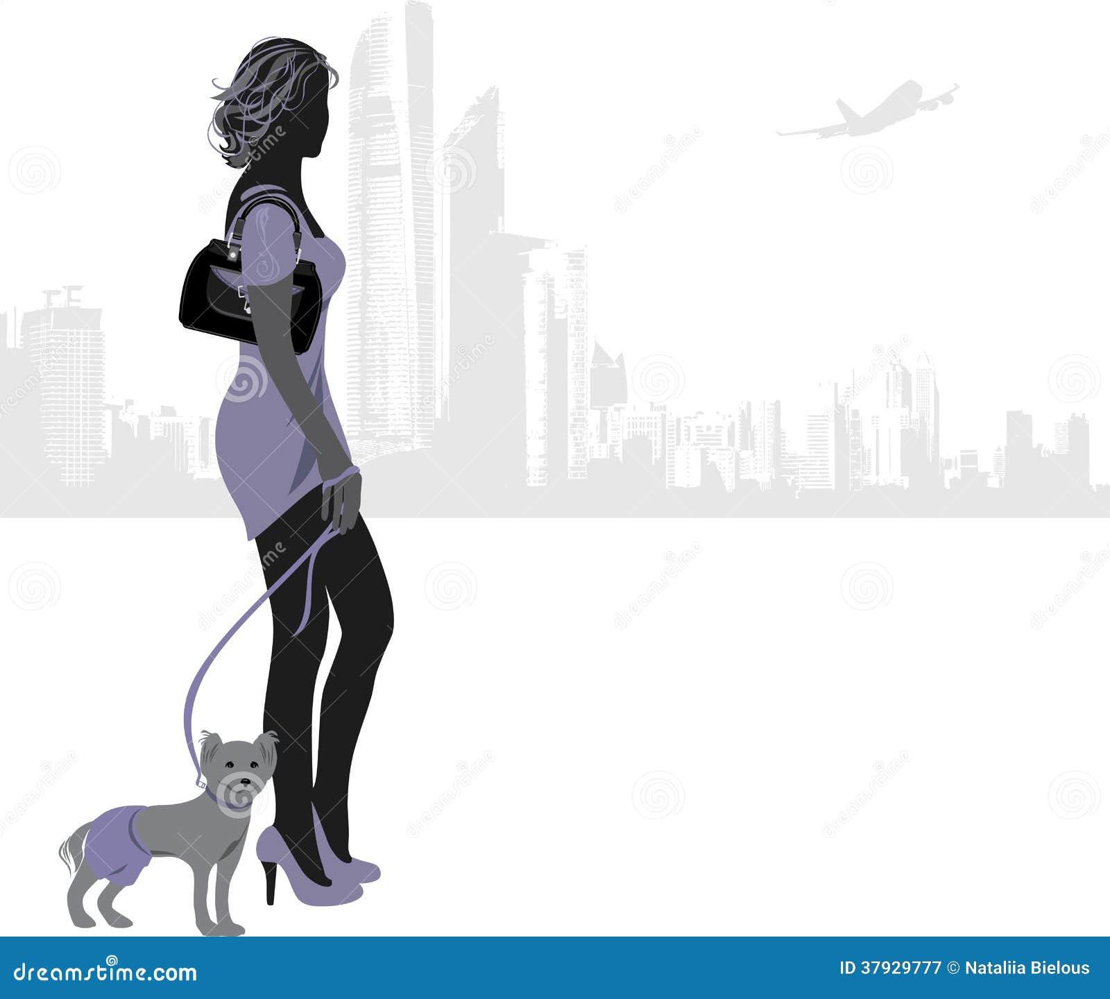 Женщина с маленькой собакой на предпосылке города
