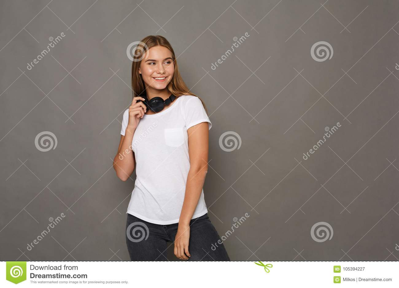 Женщина с наушниками, съемка студии