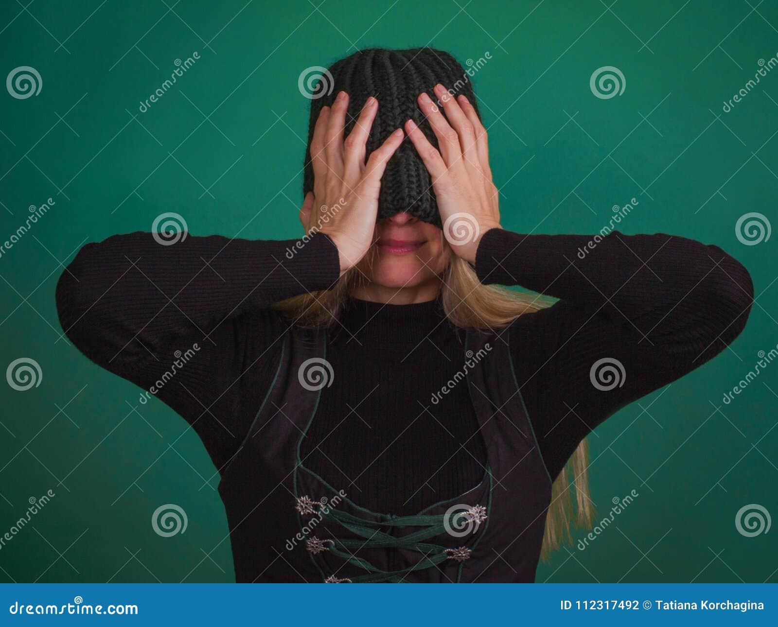 Женщина с связанными стильными глазами заволакивания шляпы