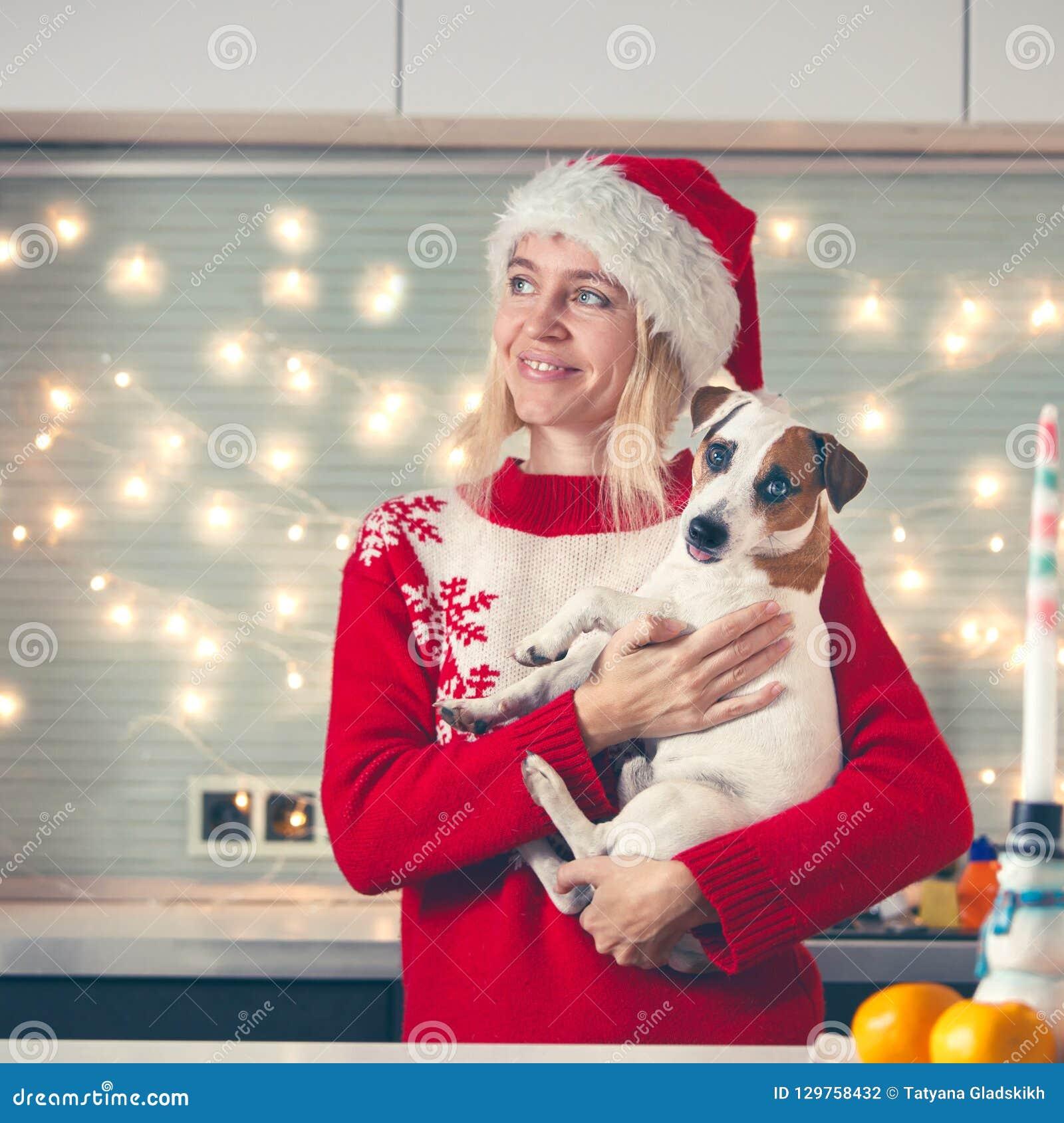 Женщина с собакой на шляпе рождества
