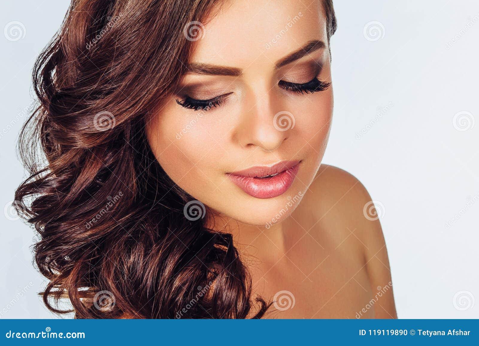Женщина с составляет на светлой предпосылке