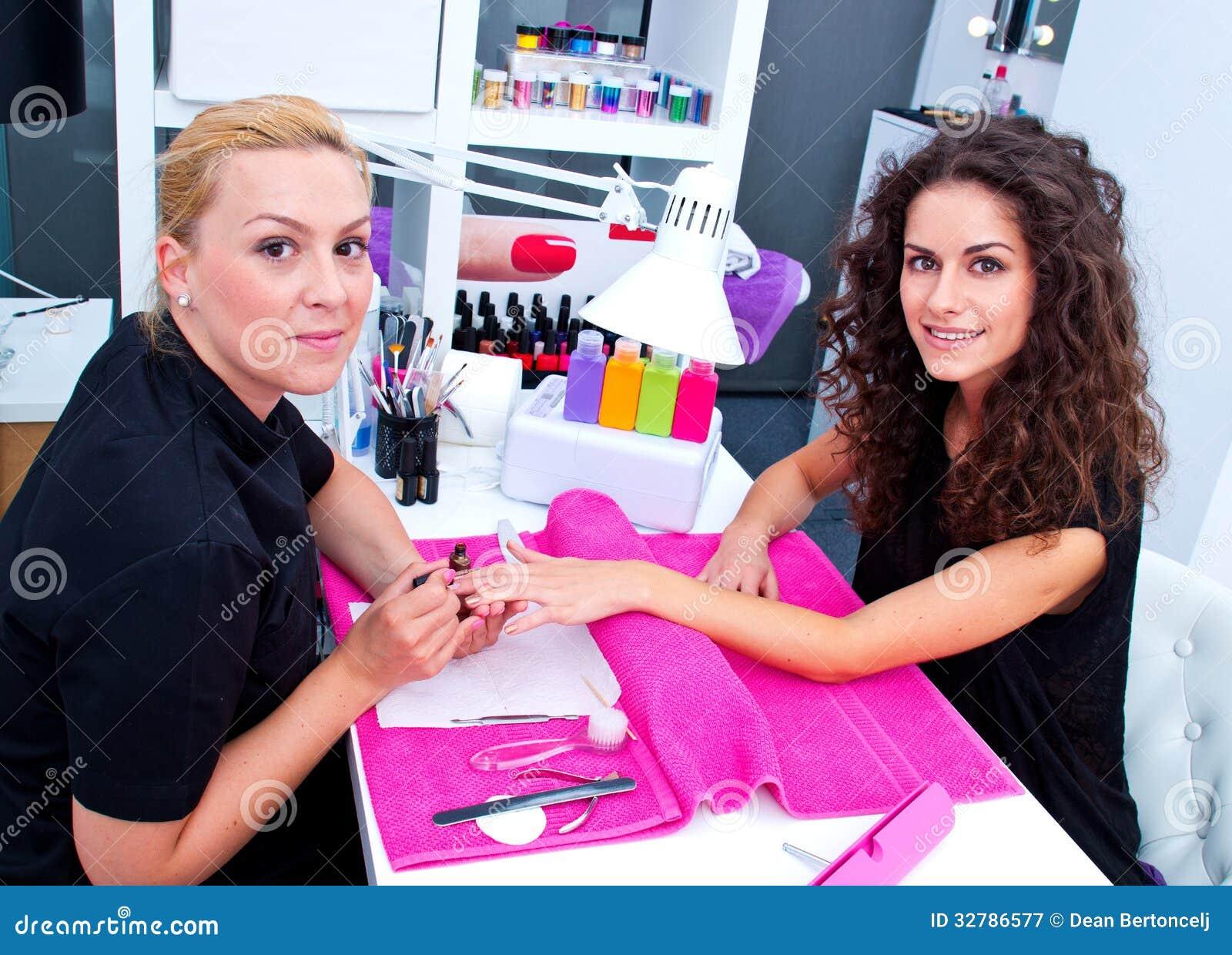 Женщина с стилизатором на маникюре
