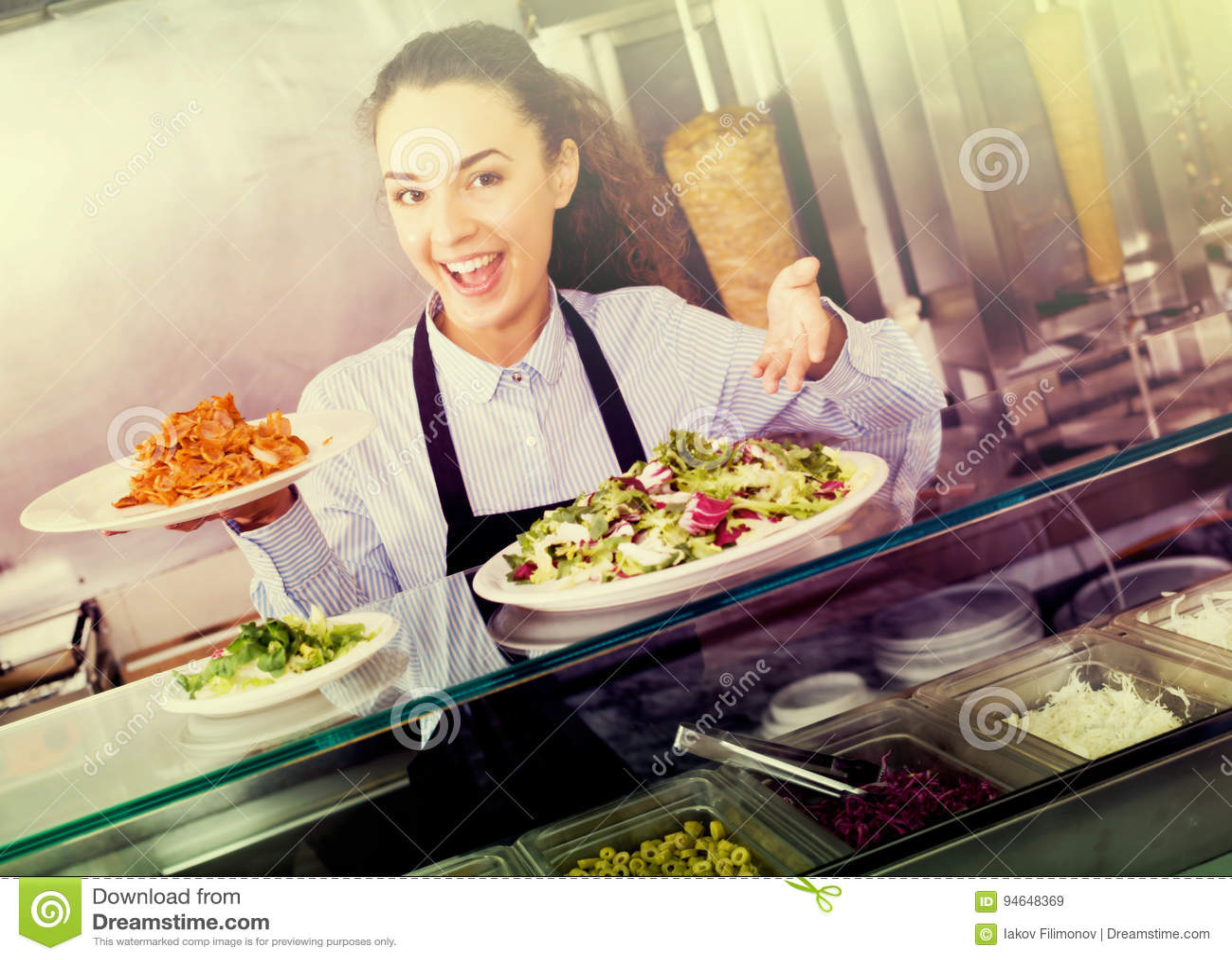 Женщина с традиционным kebab