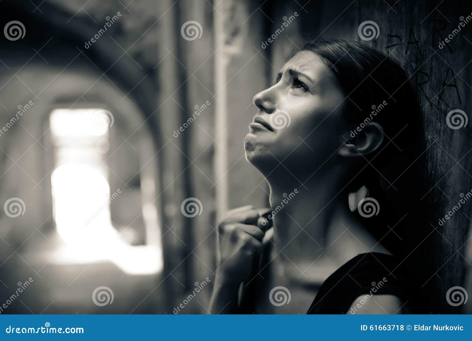 Женщина с унылый плакать стороны Унылое выражение, унылая эмоция, отчаяние, тоскливость Женщина в эмоциональном стрессе и боли Же