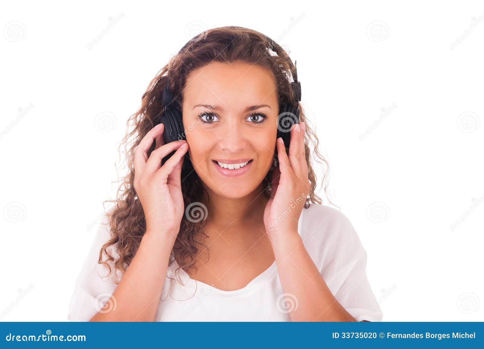 Женщина слушая к музыке с наушниками