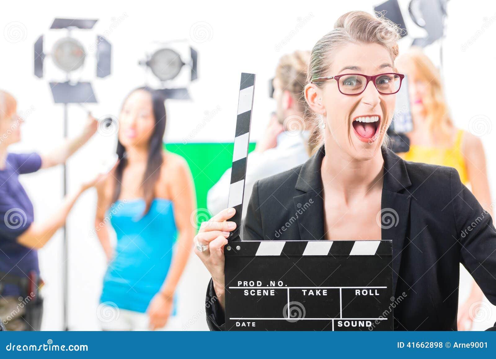 Женщина с хлопом взятия на видео- продукции на комплекте фильма