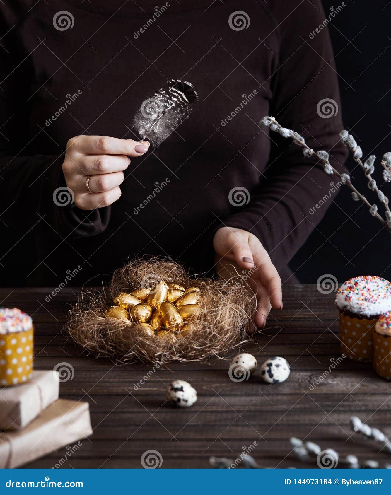 Женщина с яйцами пасхи золотыми