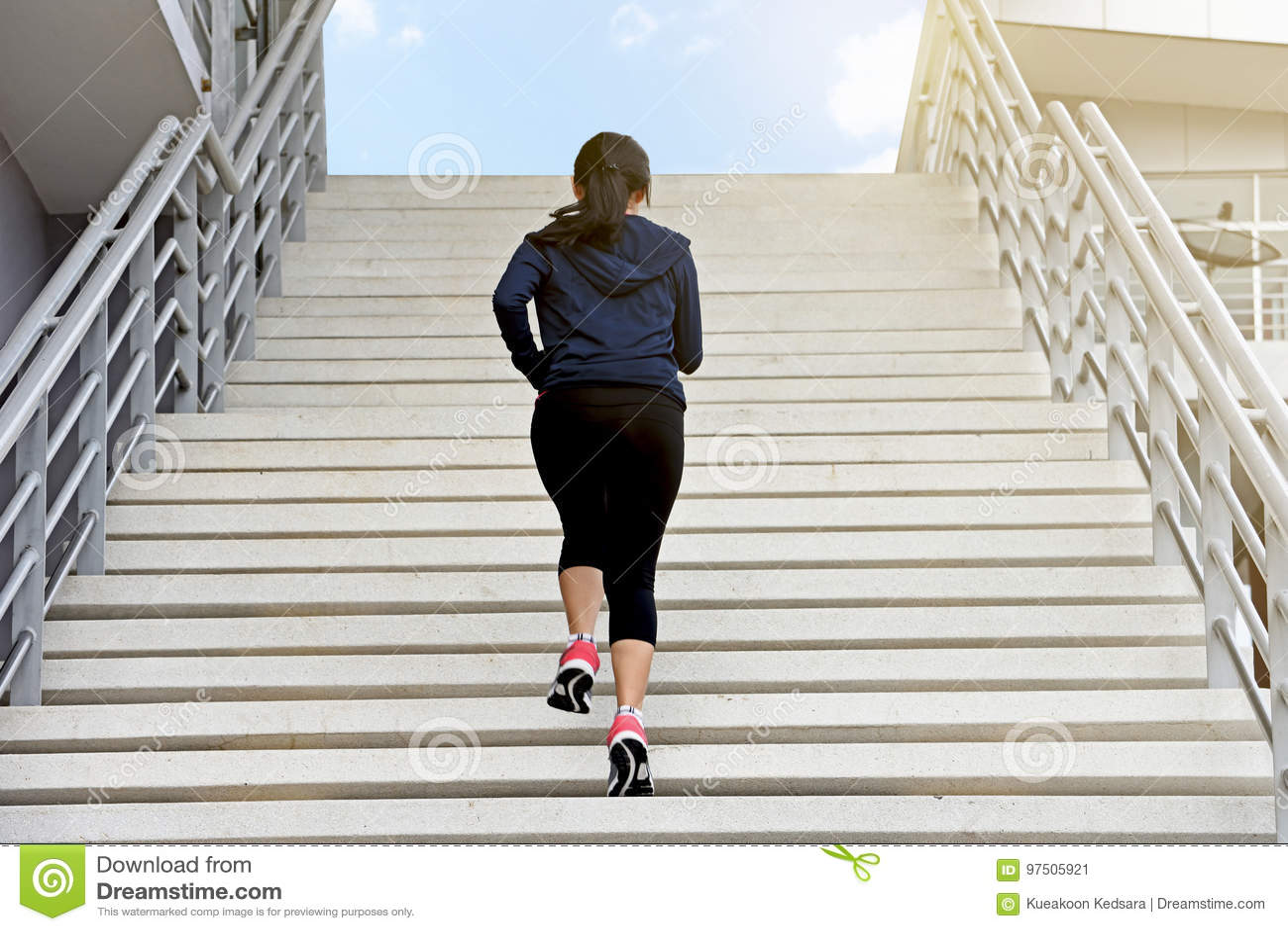 картинки где бегут люди бегут по лестнице кухни могут