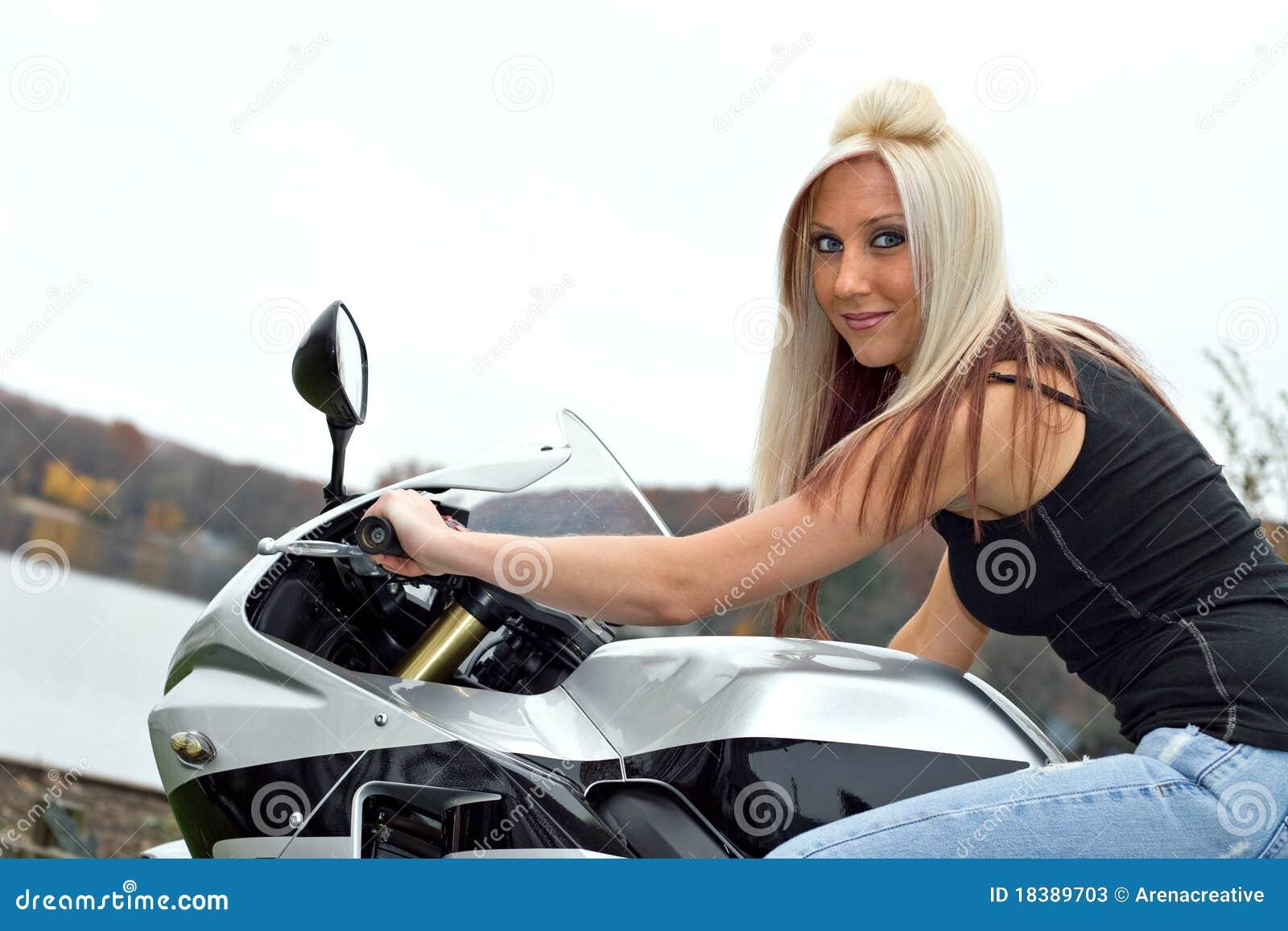 женщина усаженная мотоциклом