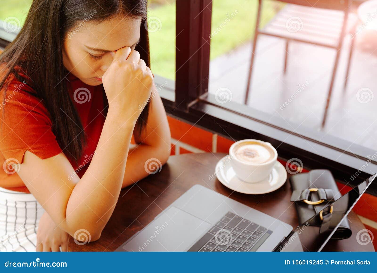 Девушка устала после работе заработать моделью онлайн в кызыл