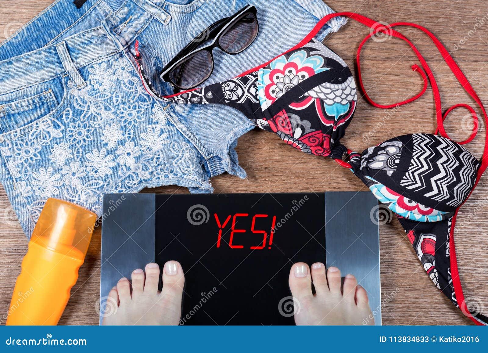 Женщина утяжеляет перед летними каникулами Слово да! на цифровых масштабах concept healthy lifestyle