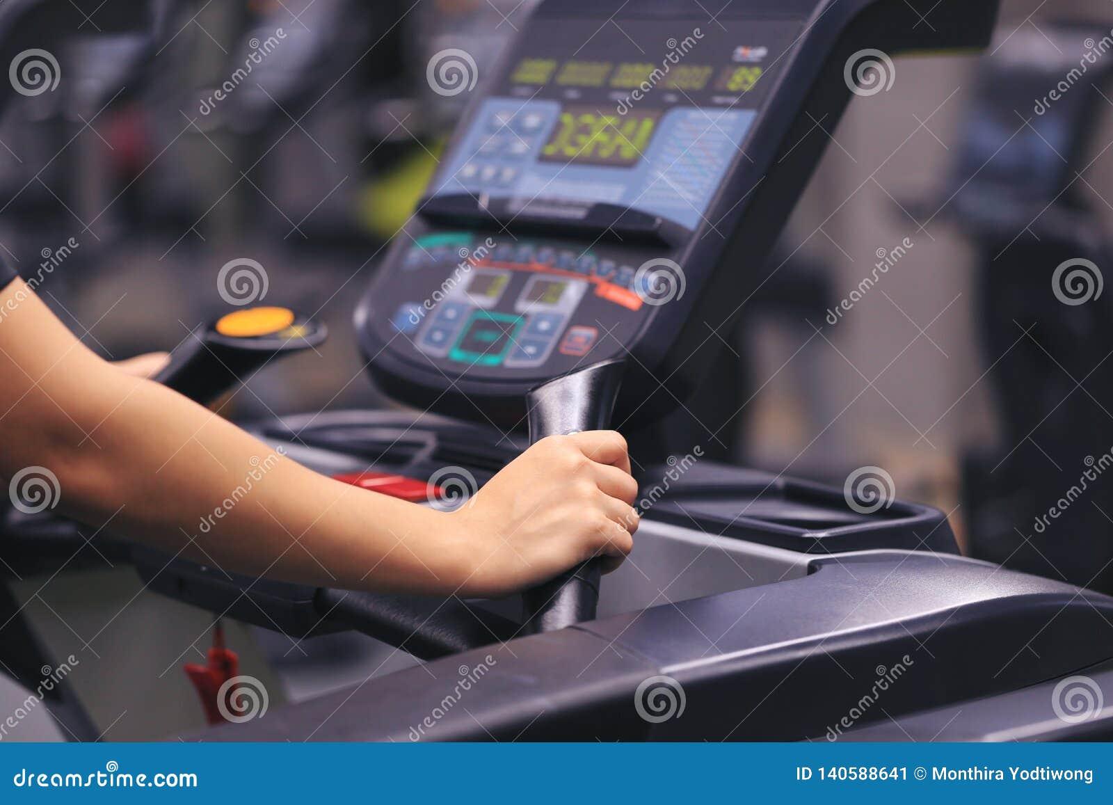 Женщина фитнеса бежать на третбане и сгореть сало в теле в спортзале, здоровом образе жизни и концепции спорта
