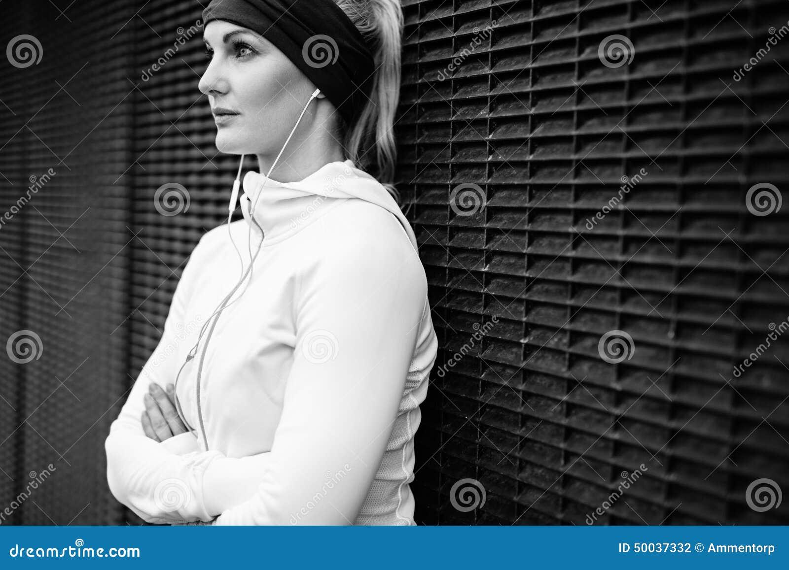 Женщина фитнеса принимая пролом для встречи