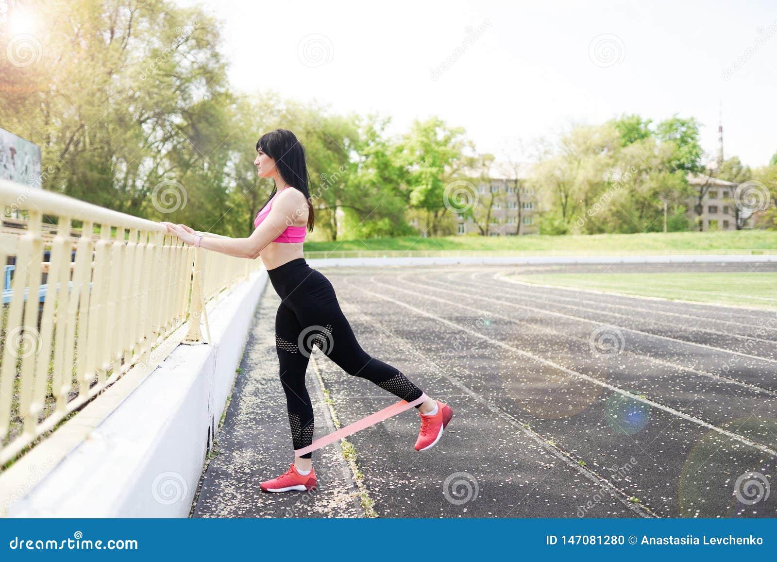 Женщина фитнеса sporty во время на открытом воздухе разминки тренировок r o o Sporty здоровая женщина