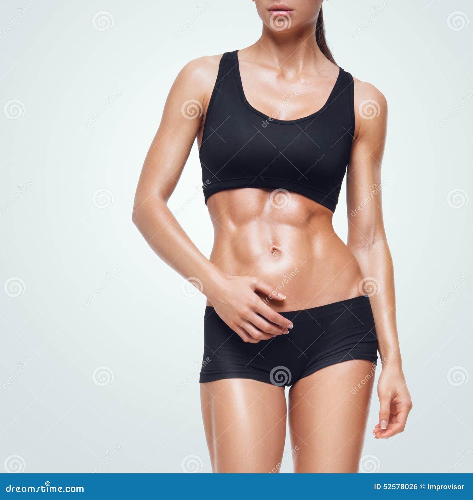 Женщина фитнеса sporty идя на белую предпосылку