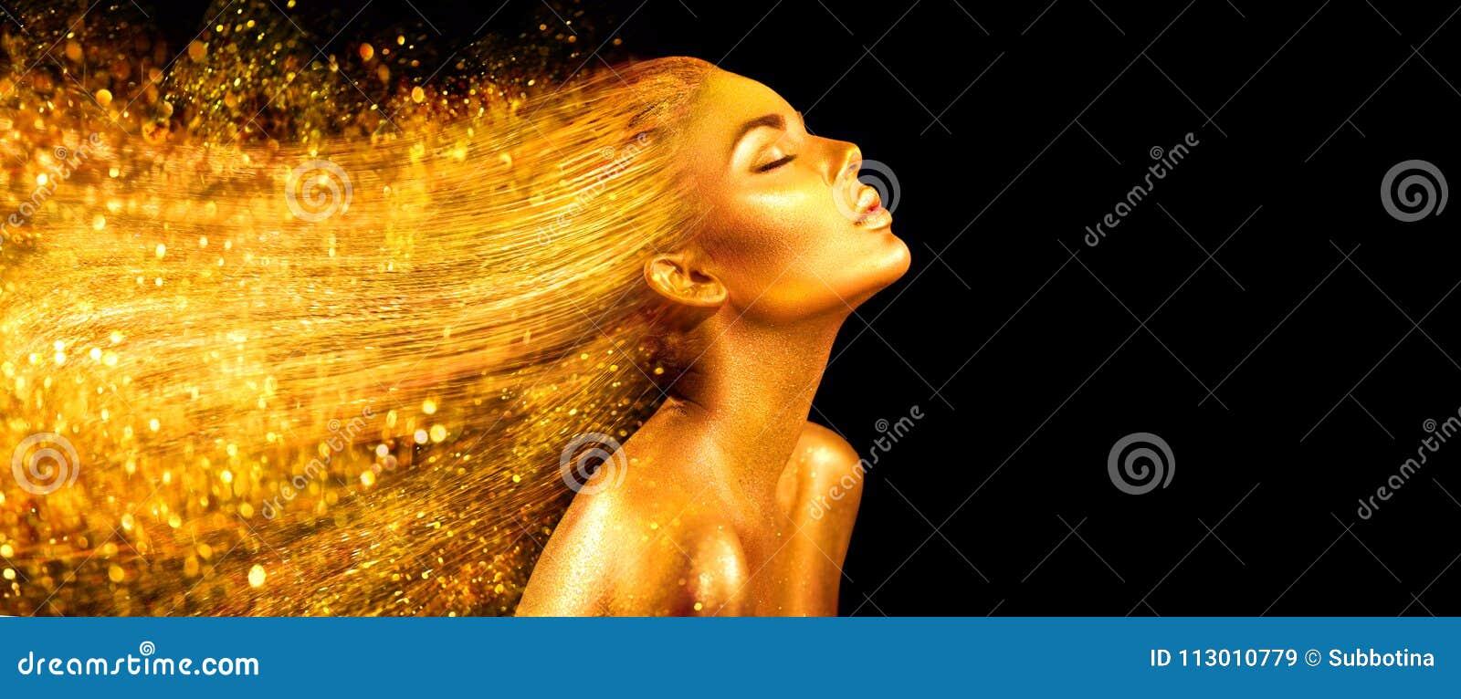 Женщина фотомодели в золотых ярких sparkles Девушка с золотым крупным планом портрета кожи и волос