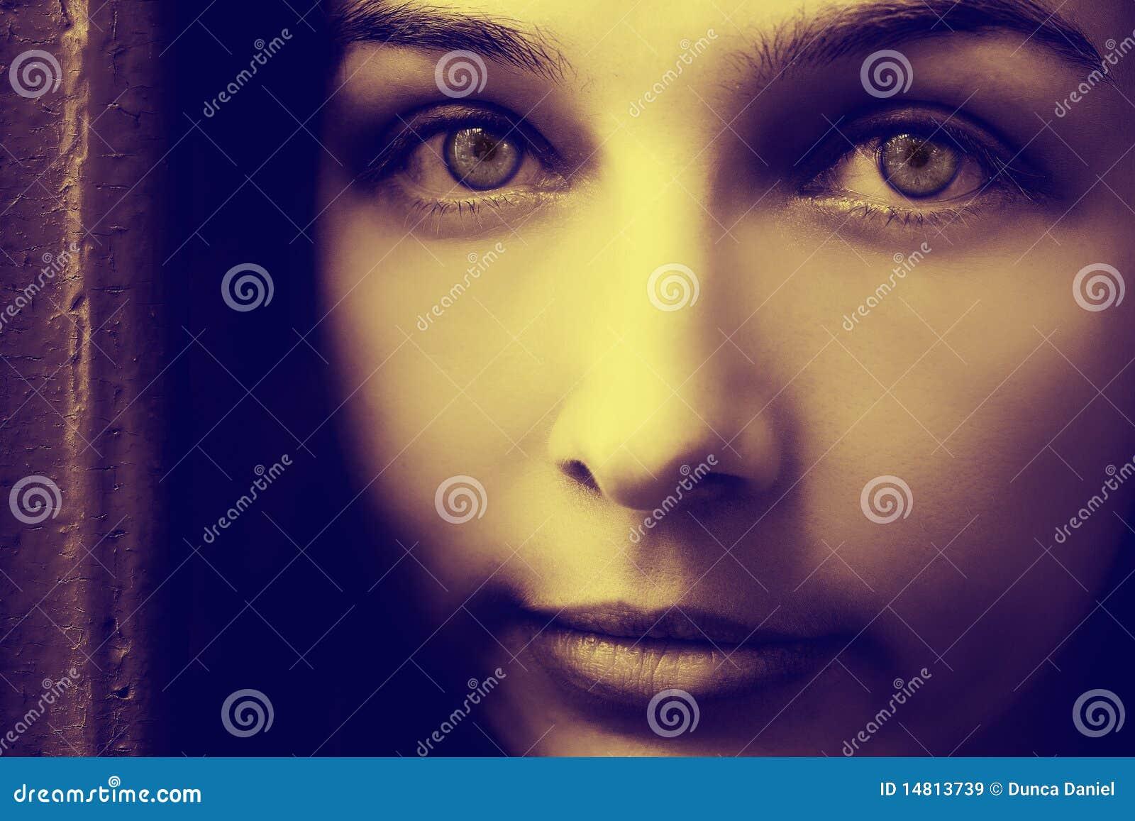 женщина художнического портрета глаз пугающая