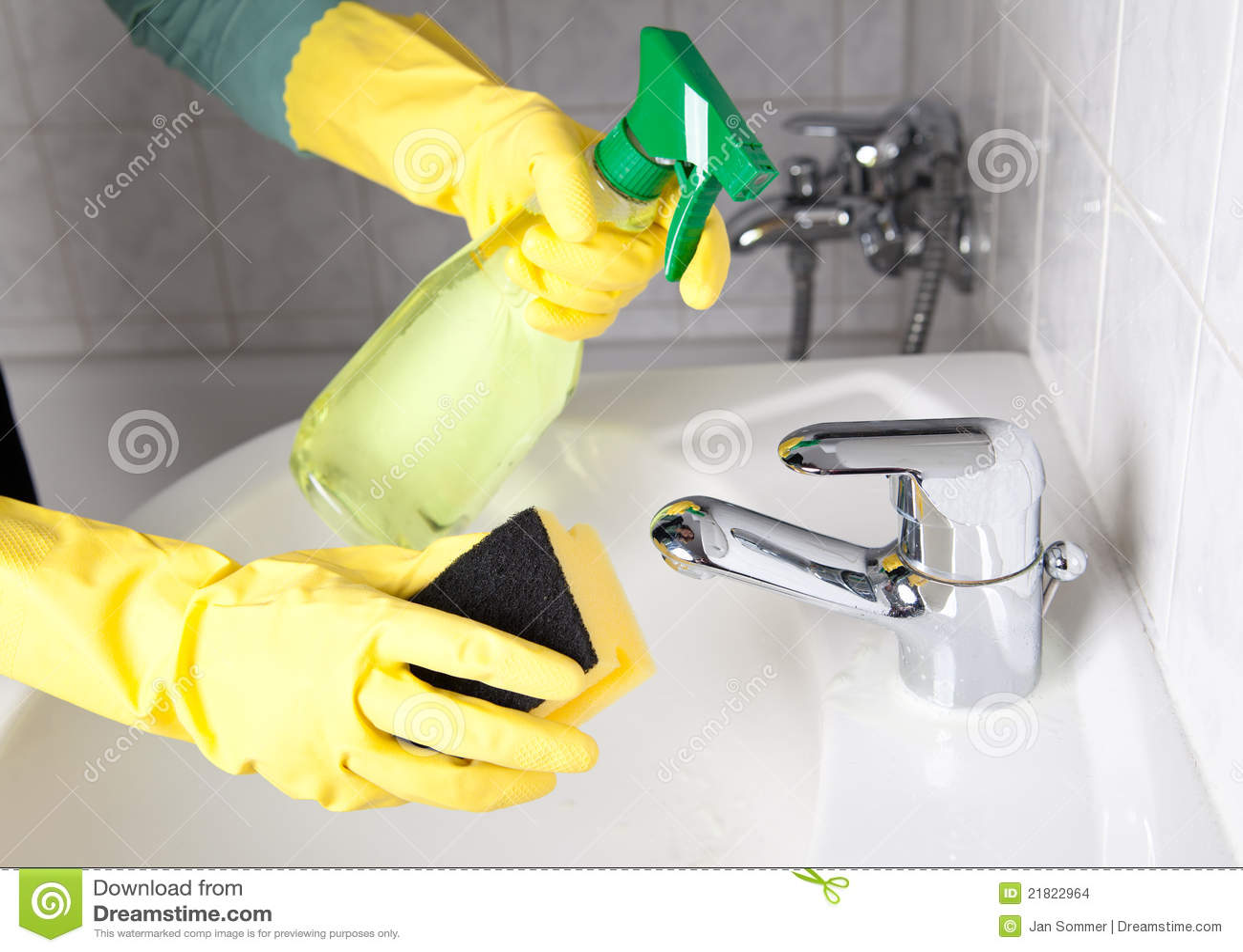 женщина чистки ванной комнаты
