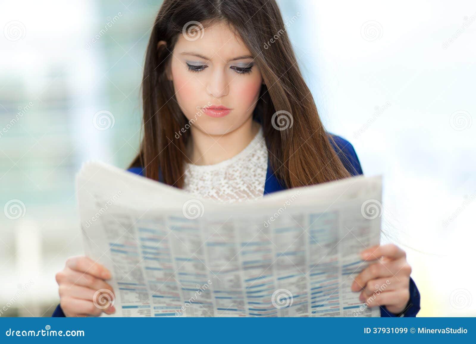 Женщина читая газету
