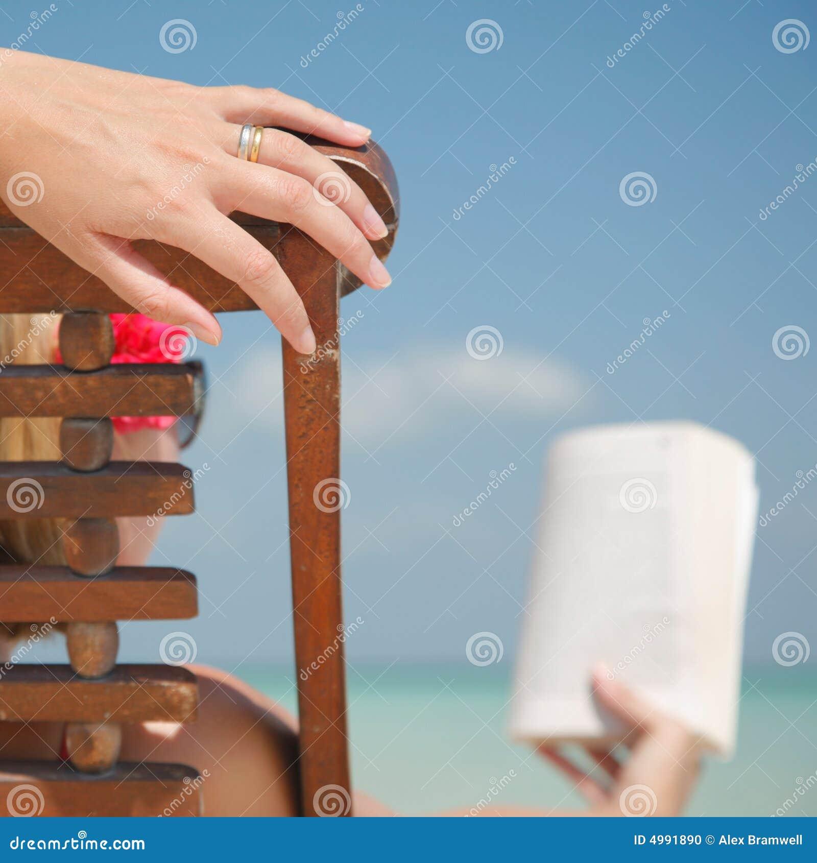 женщина чтения deckchair