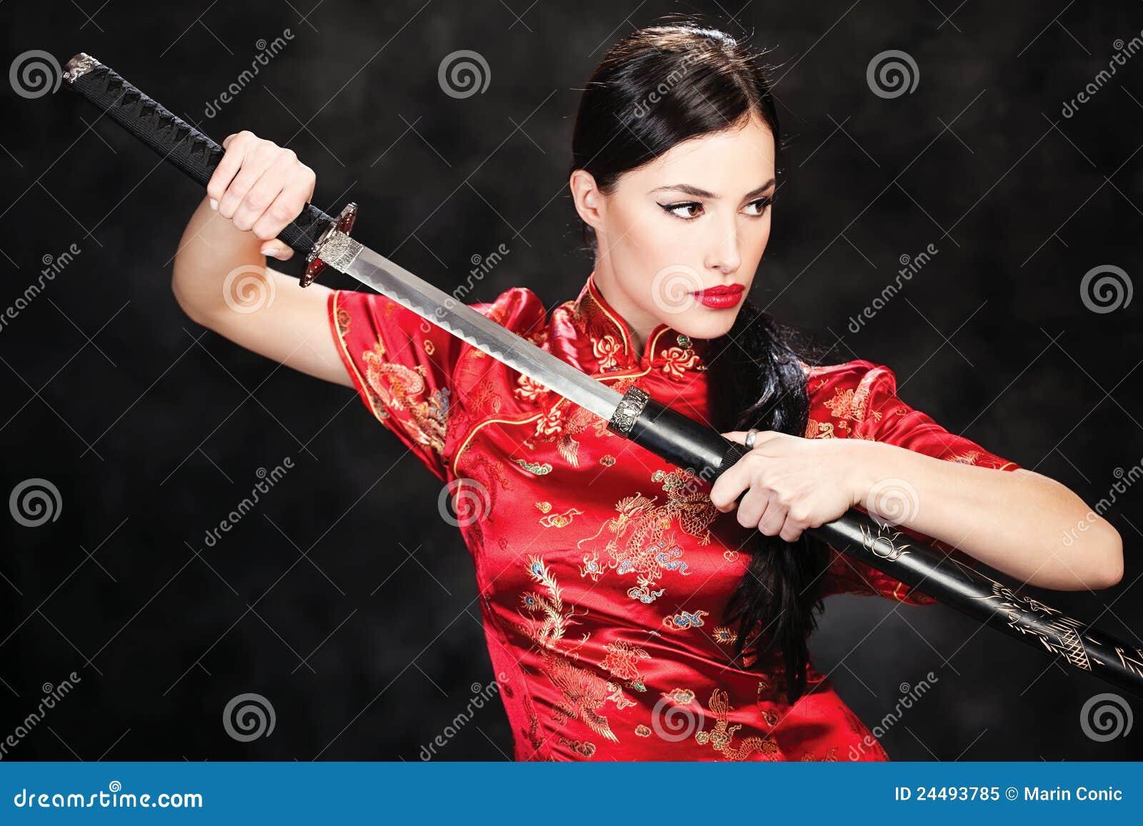 Девушка с самурайским мечом фото