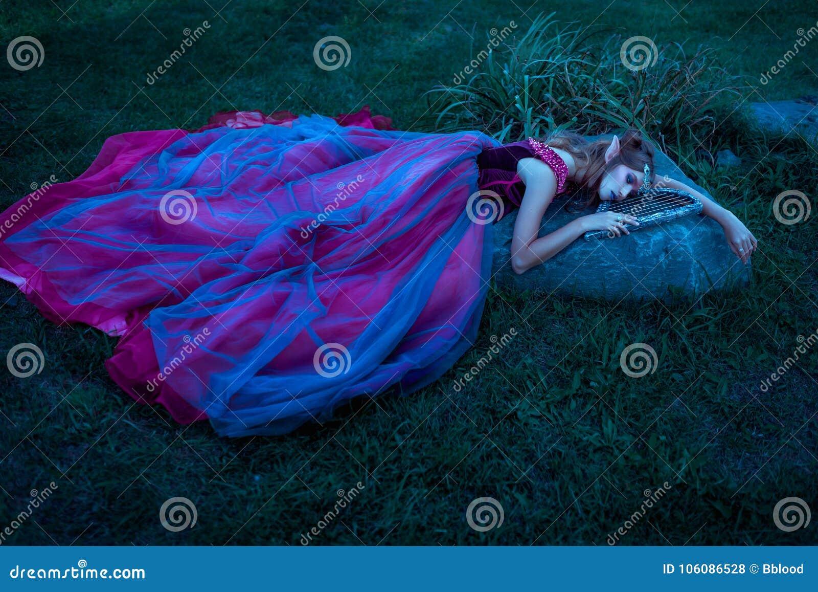 Женщина эльфа в фиолетовом платье