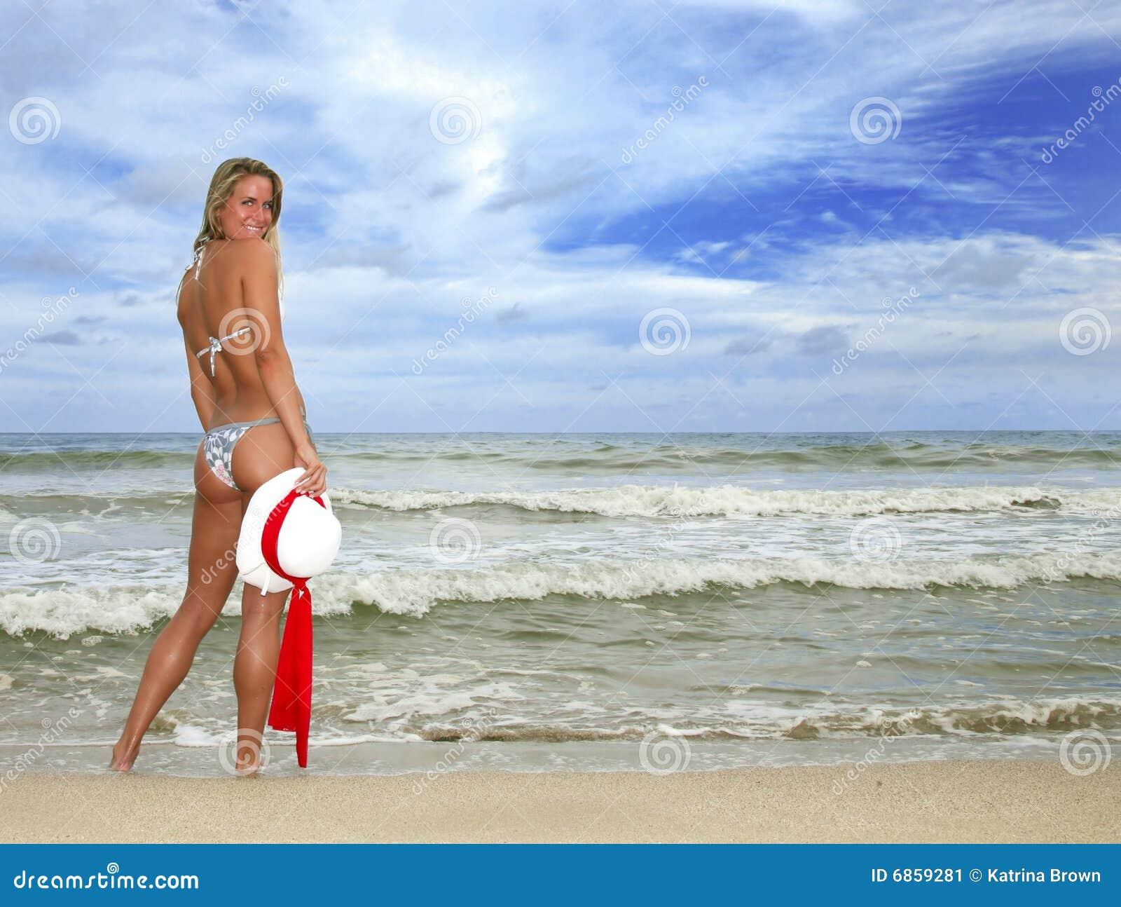 женщина biki пляжа милая ся загоранная