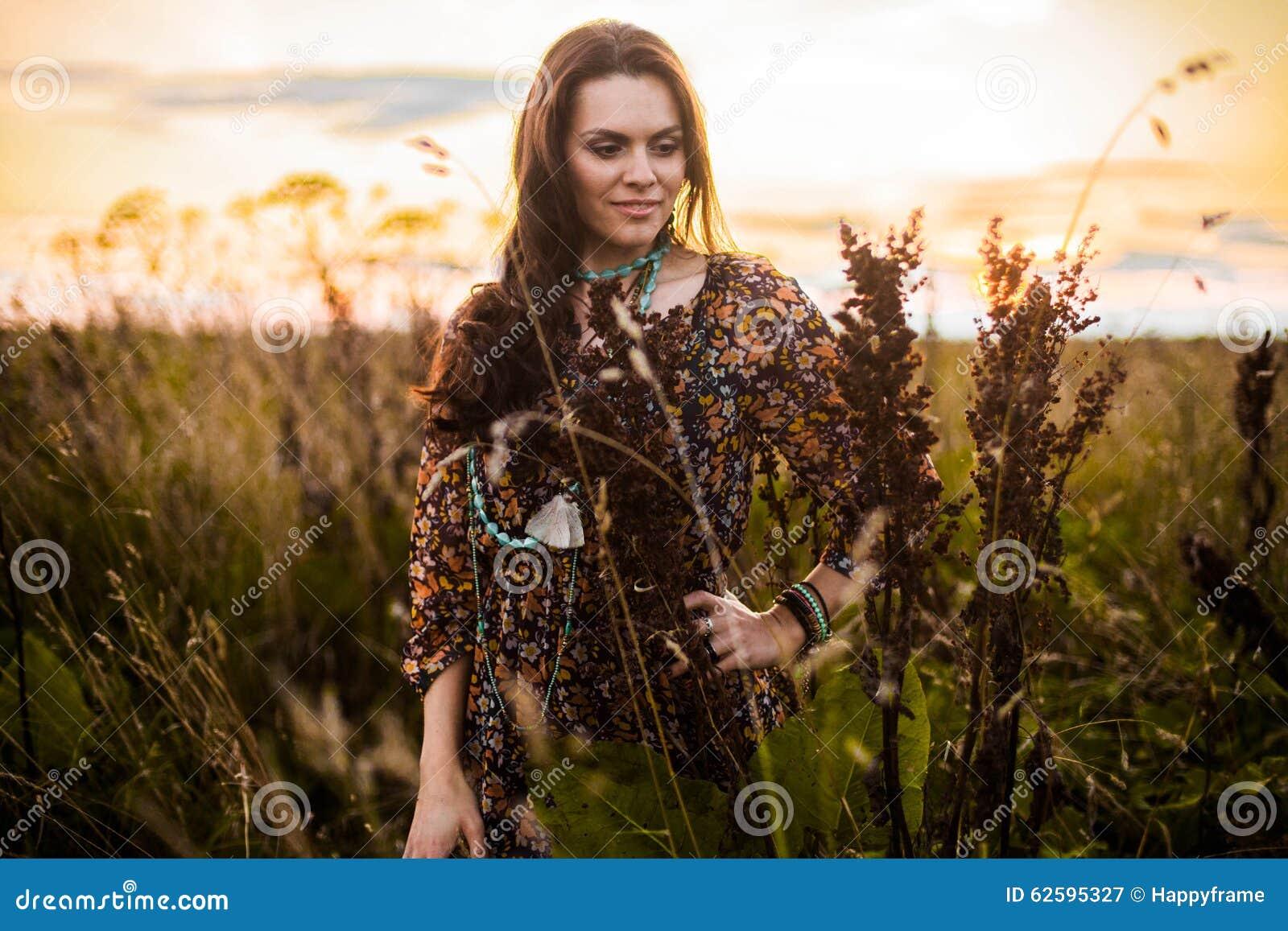 Женщина Boho в поле